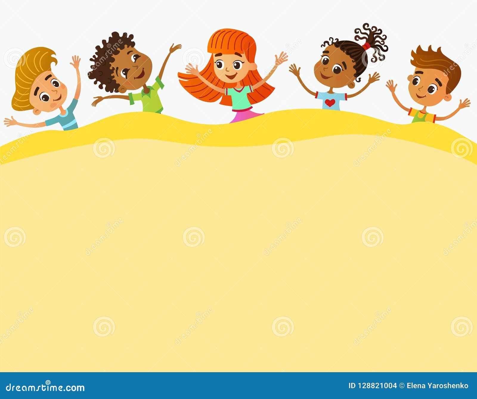 Τα ευτυχή και αστεία παιδιά στέκονται γύρω από ένα μεγάλο έμβλημα, αφίσα, po