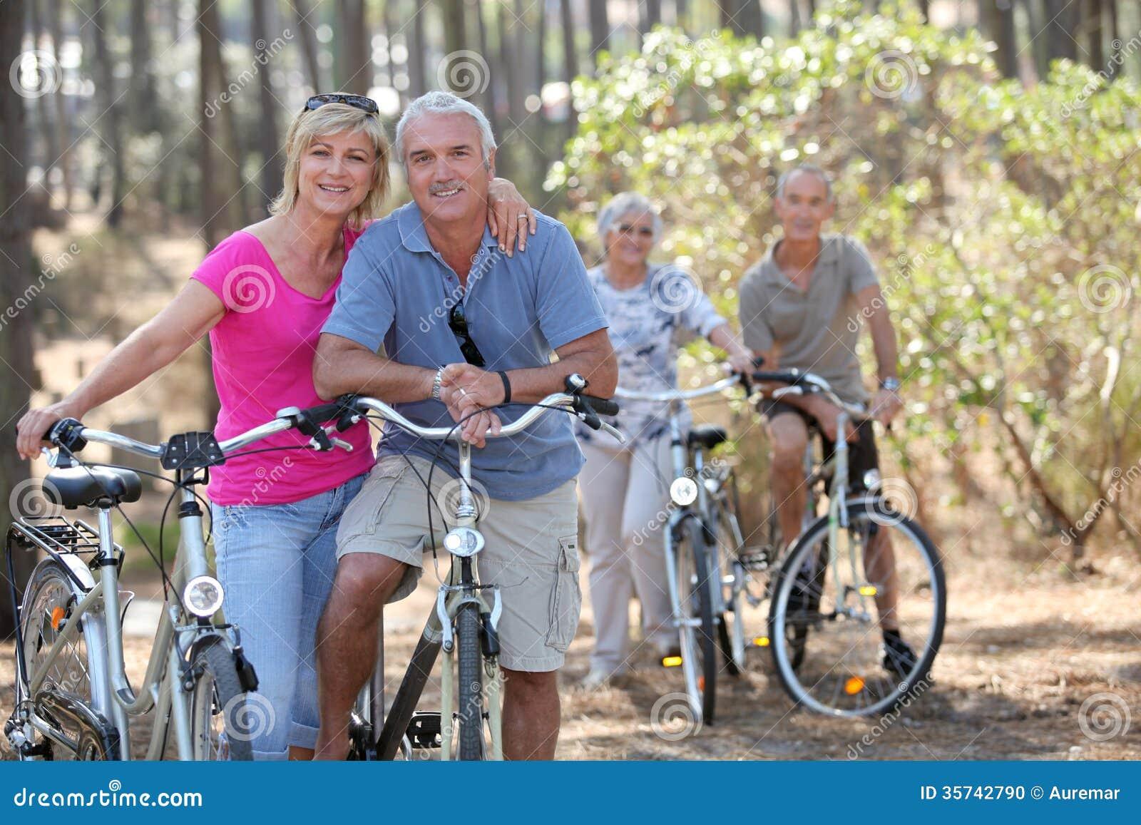 Τα ζεύγη στο ποδήλατο οδηγούν