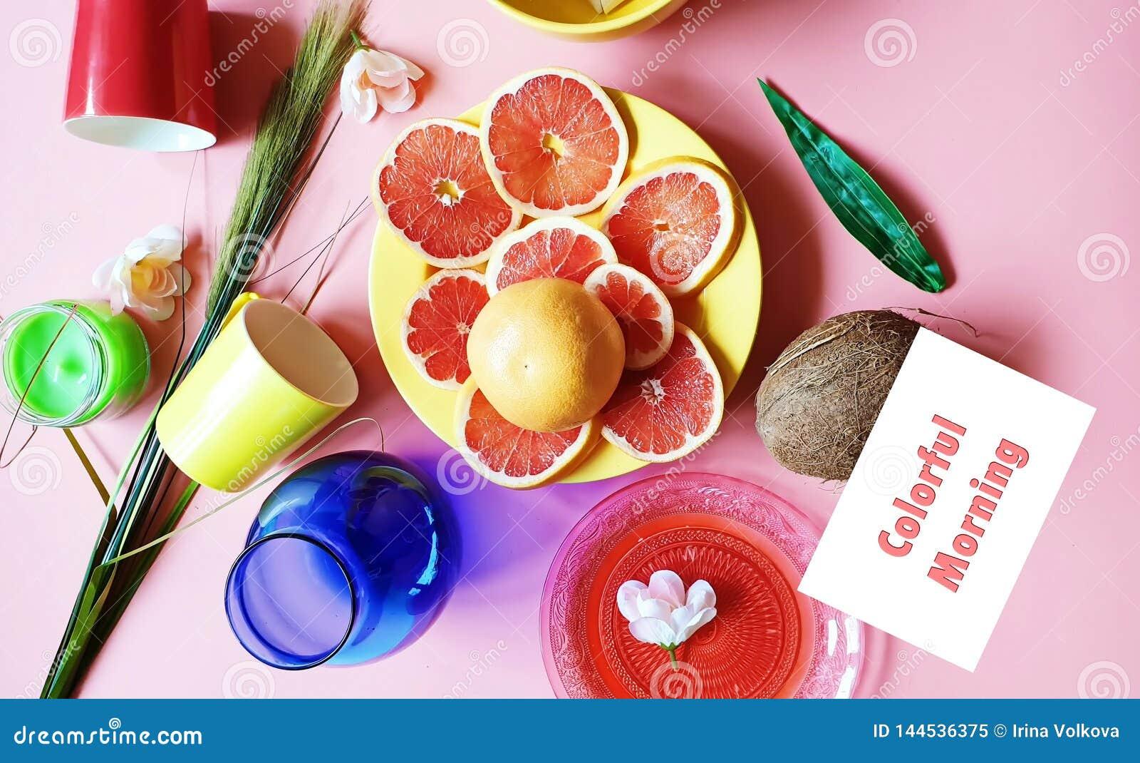 Τα ζωηρόχρωμα πρωινού κόκκινα γκρέιπφρουτ φετών καρύδων εσπεριδοειδούς πράσινα μπλε κόκκινα κίτρινα ρόδινα πιάτα πολτού μήλων jui