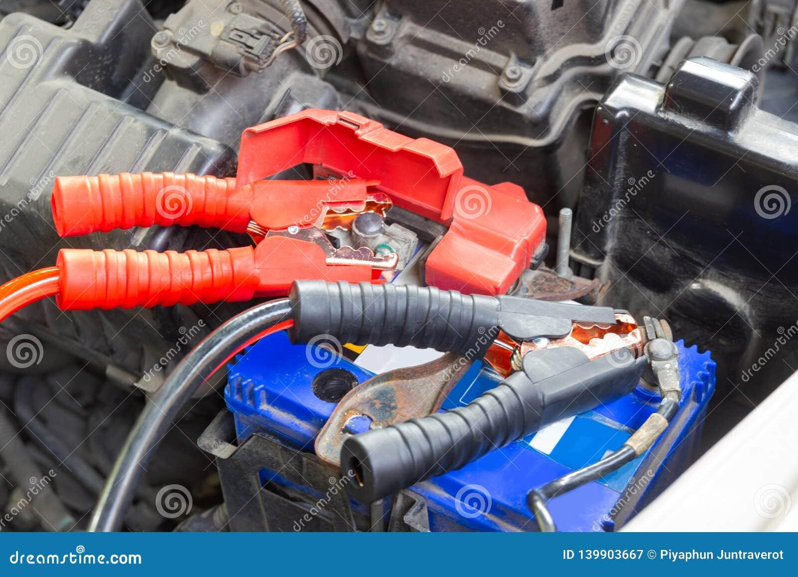 Τα καλώδια αλτών για τη φόρτιση της μπαταρίας οχημάτων προσδιορίζουν τα θετικά και αρνητικά τερματικά