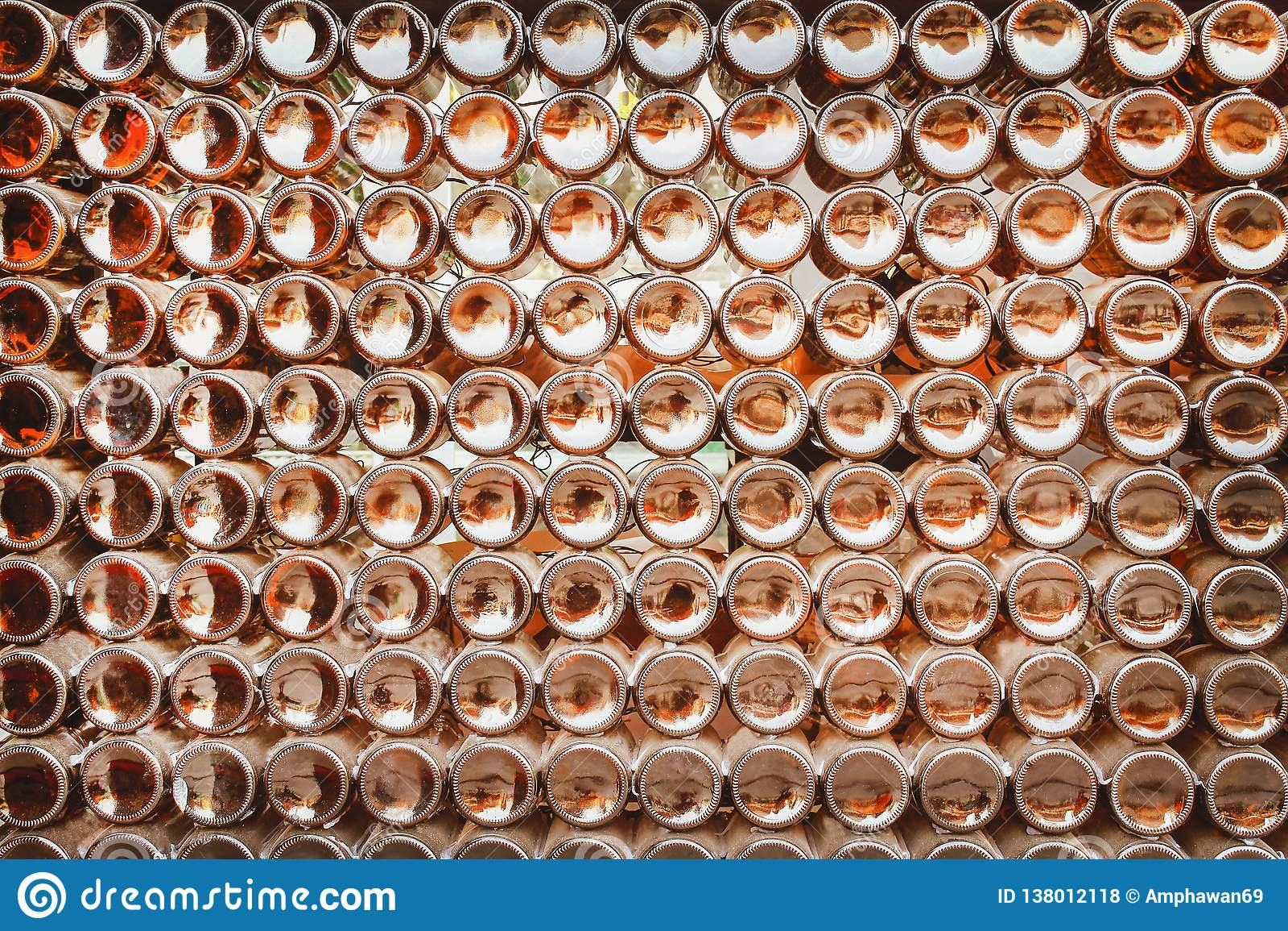 Τα κατώτατα σημεία των καφετιών μπουκαλιών μπύρας ομαδοποιούν τη σύσταση σχεδίων στην περίληψη τοίχων για το υπόβαθρο