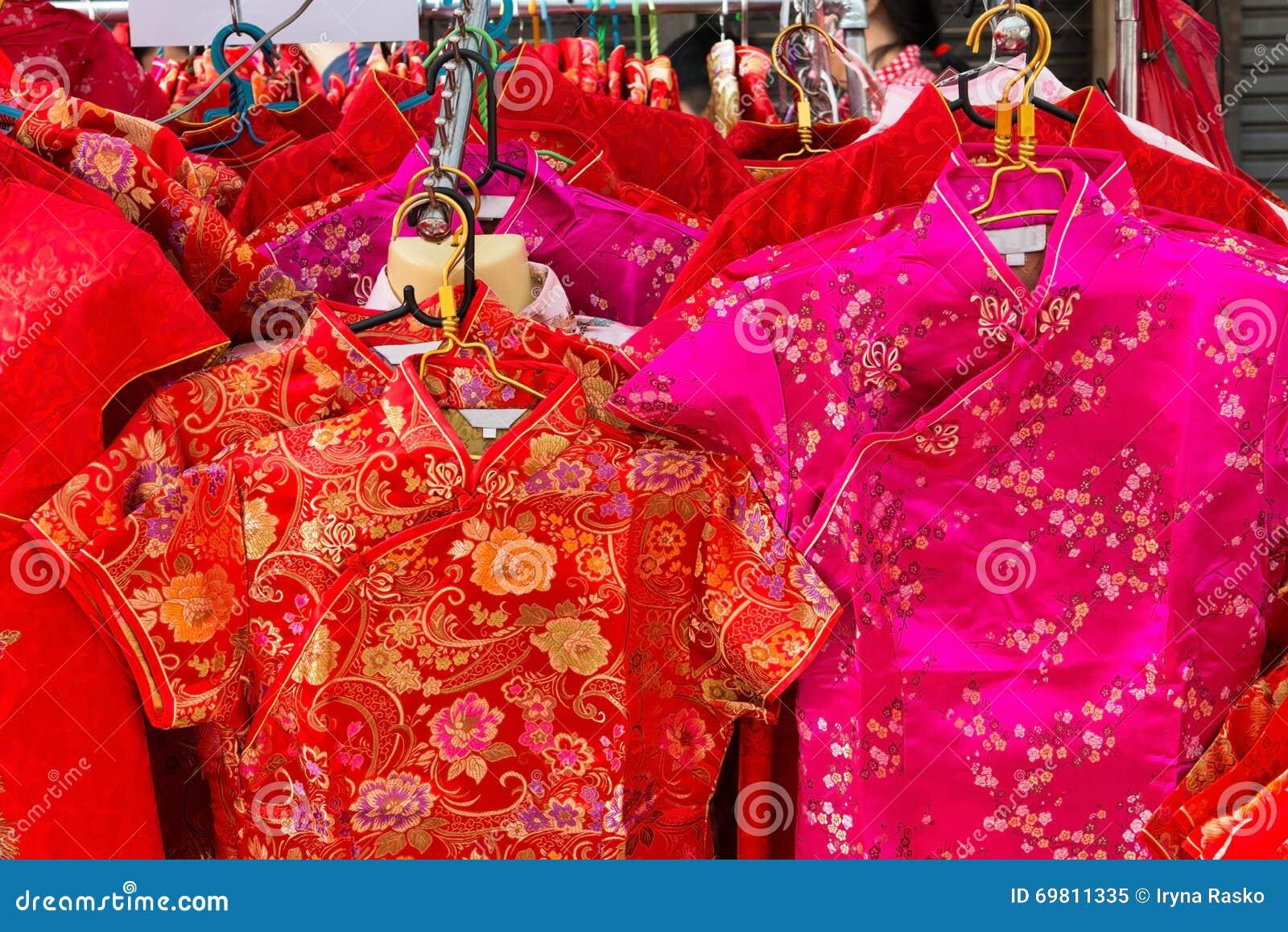 33fd20357ab Τα κινεζικά φορέματα μεταξιού φοριούνται παραδοσιακά για το σεληνιακό νέο  έτος