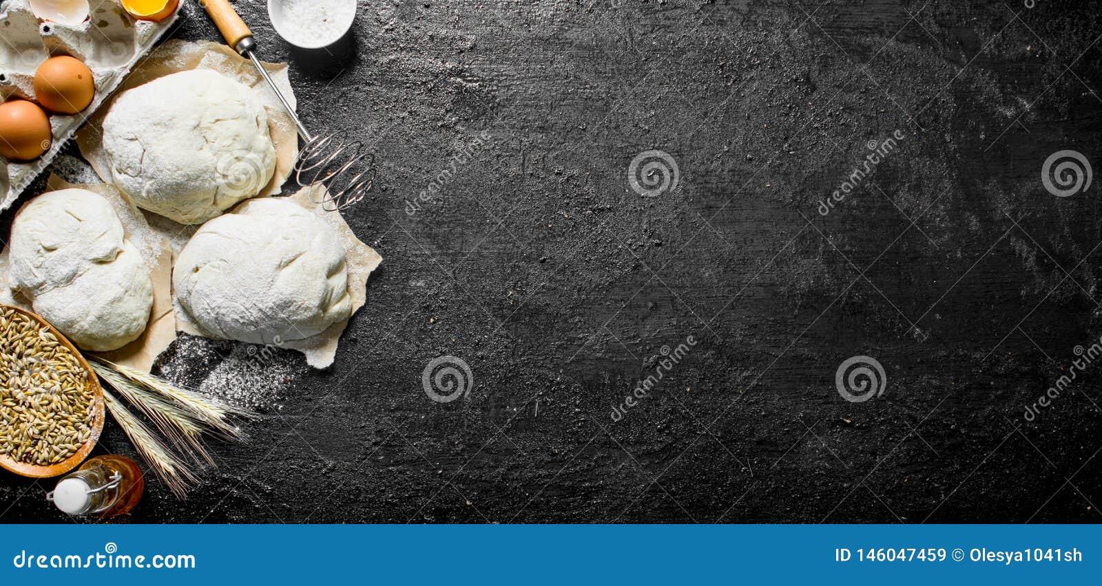 Τα κομμάτια της ζύμης με χτυπούν ελαφρά, αυγά και σιτάρι στο κύπελλο