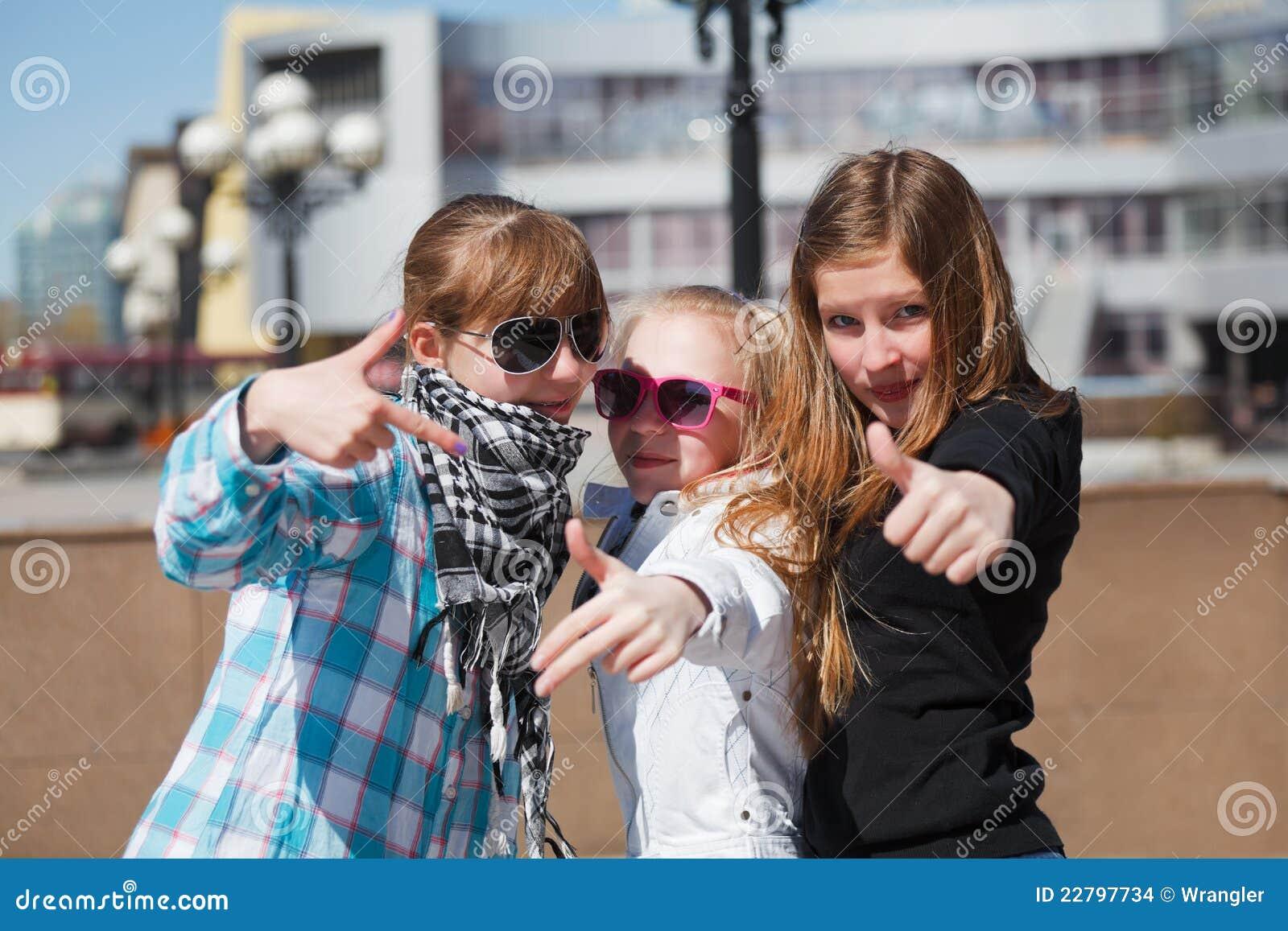 τα κορίτσια ομαδοποιούν εφηβικό