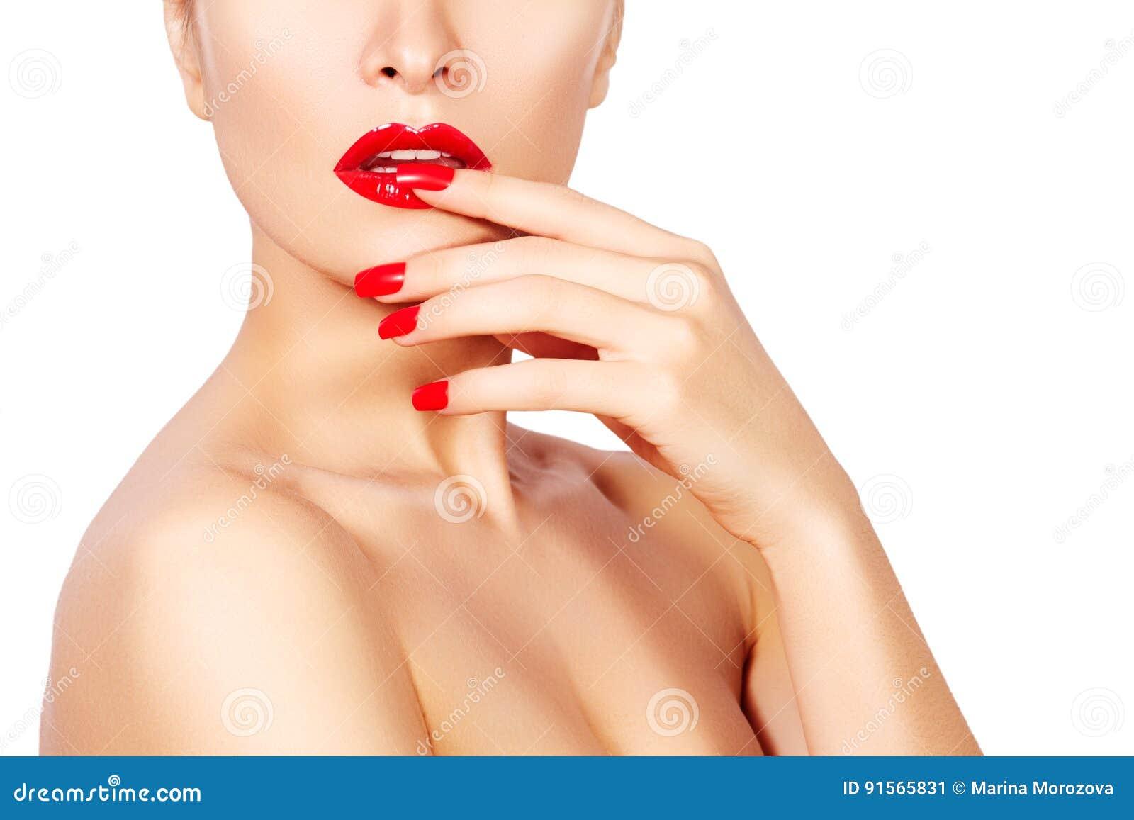 Τα κόκκινα χείλια και φωτεινός τα καρφιά Προκλητικό ανοικτό στόμα Όμορφο μανικιούρ και makeup Γιορτάστε κάνει το επάνω και καθαρό