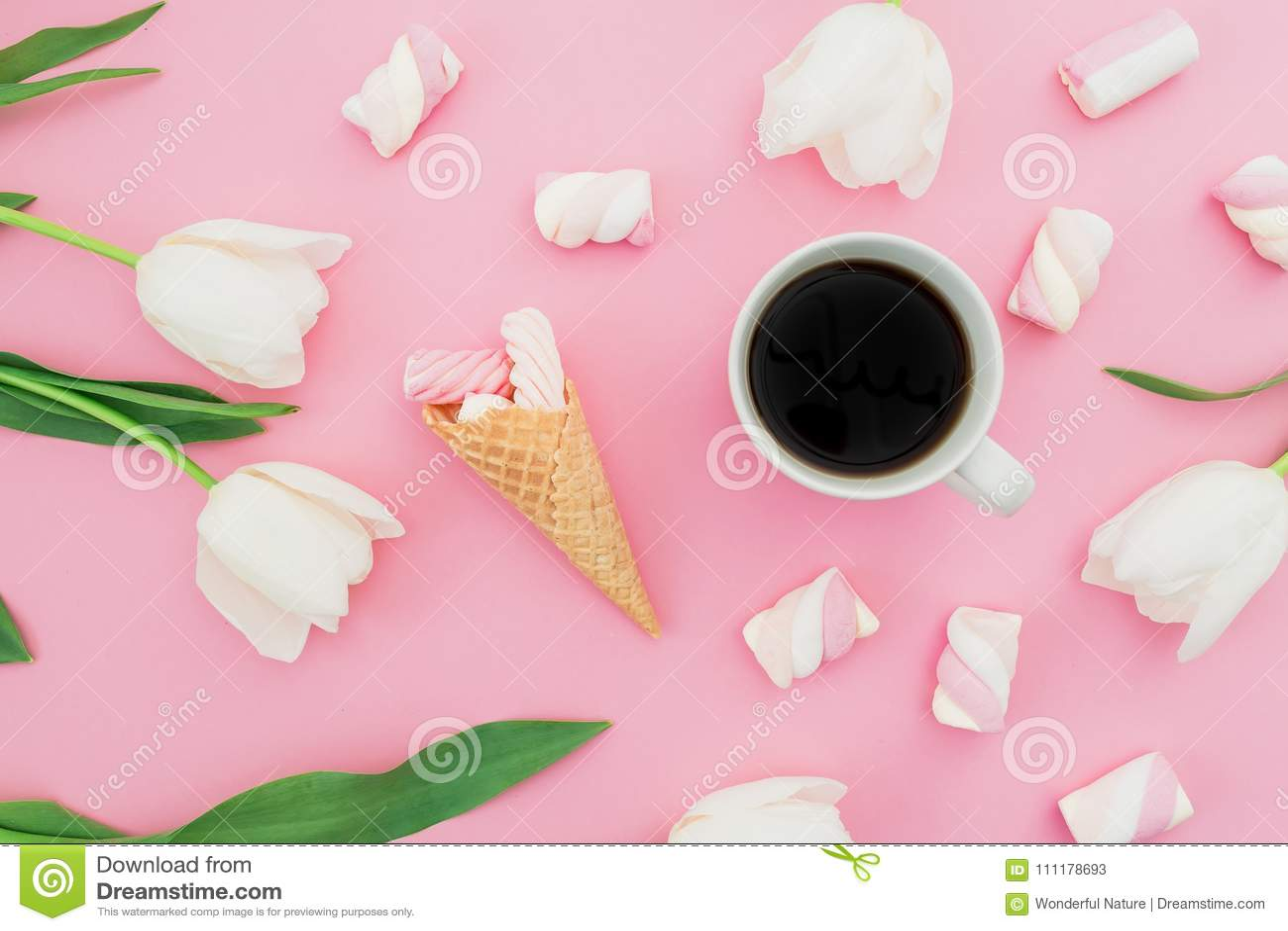 Τα λουλούδια τουλιπών με την κούπα του καφέ, marshmallows και του κώνου βαφλών στην κρητιδογραφία οδοντώνουν το υπόβαθρο Έννοια B