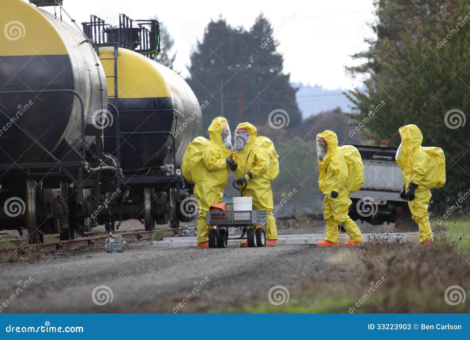 Τα μέλη ομάδας HAZMAT συζητούν τη χημική καταστροφή