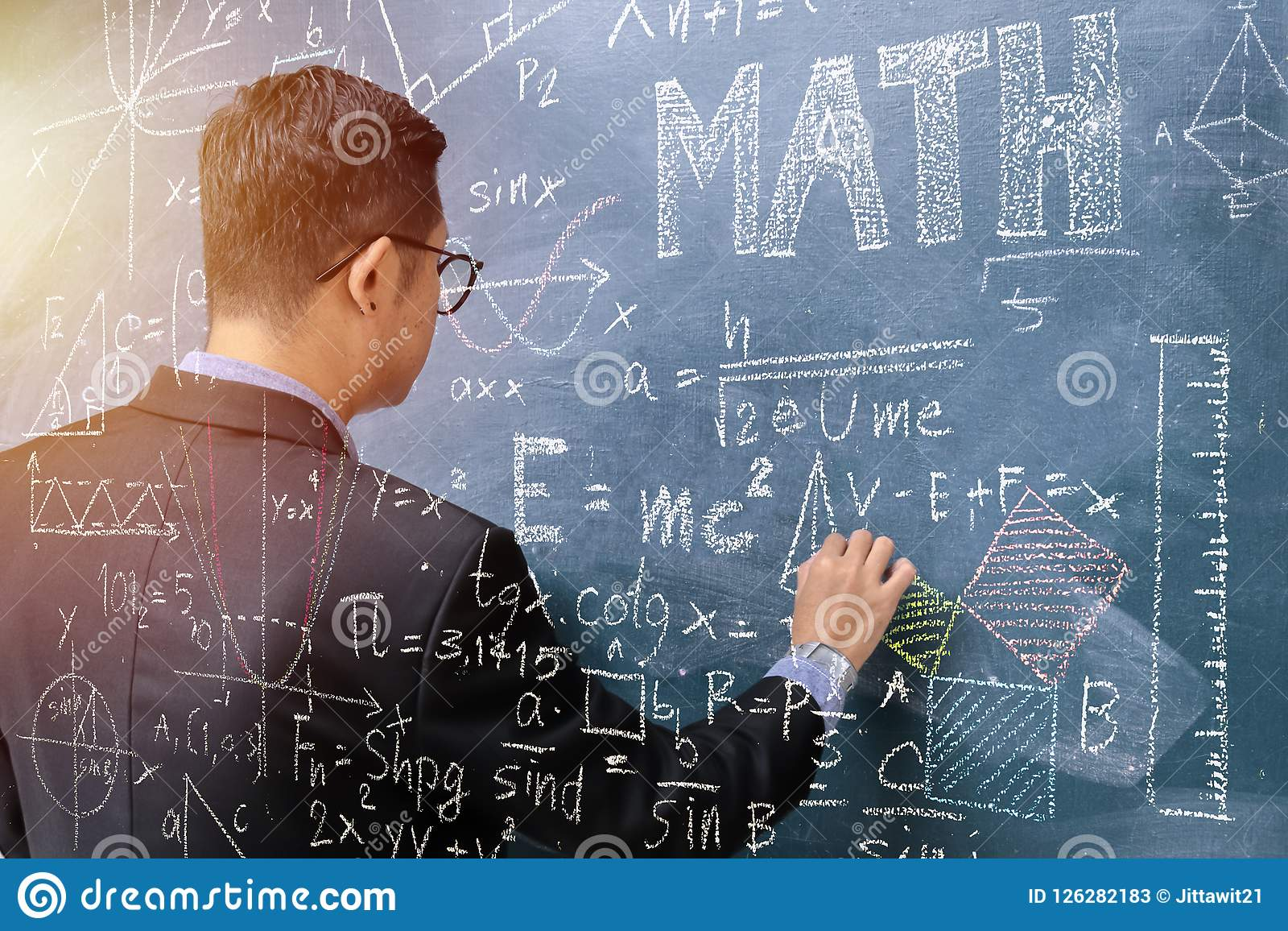 Τα μαθηματικά διδασκαλίας, δεξιά κρατούν την κιμωλία Η γραφική παράσταση δημιουργεί το χαλί
