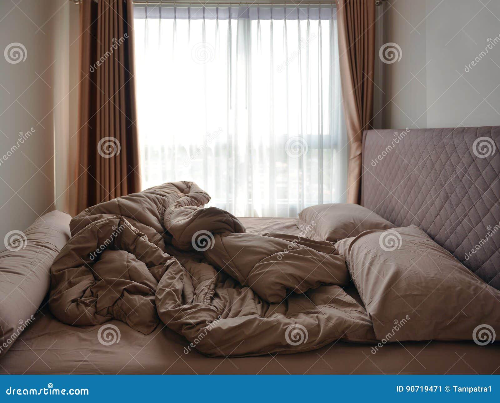 Τα μαξιλάρια και το κάλυμμα στρωμάτων κρεβατιών βρώμισαν επάνω στην κρεβατοκάμαρα