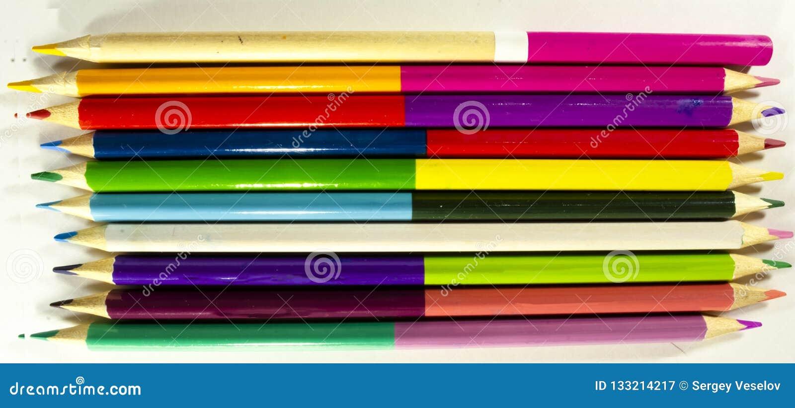 Τα μολύβια για το στρέθιμο της προσοχής σε χαρτί των διαφορετικών χρωμάτων βρίσκονται σε άσπρο χαρτί σχεδίων