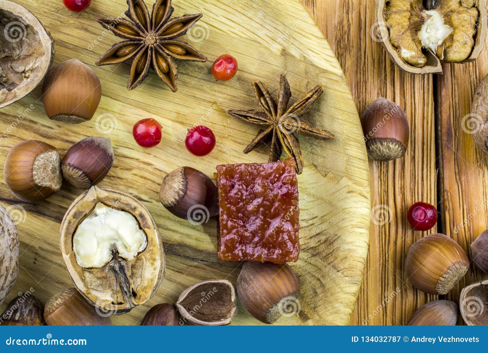 Τα ξύλα καρυδιάς και το φουντούκι βρίσκονται σε ένα ξύλινο κύπελλο στον πίνακα