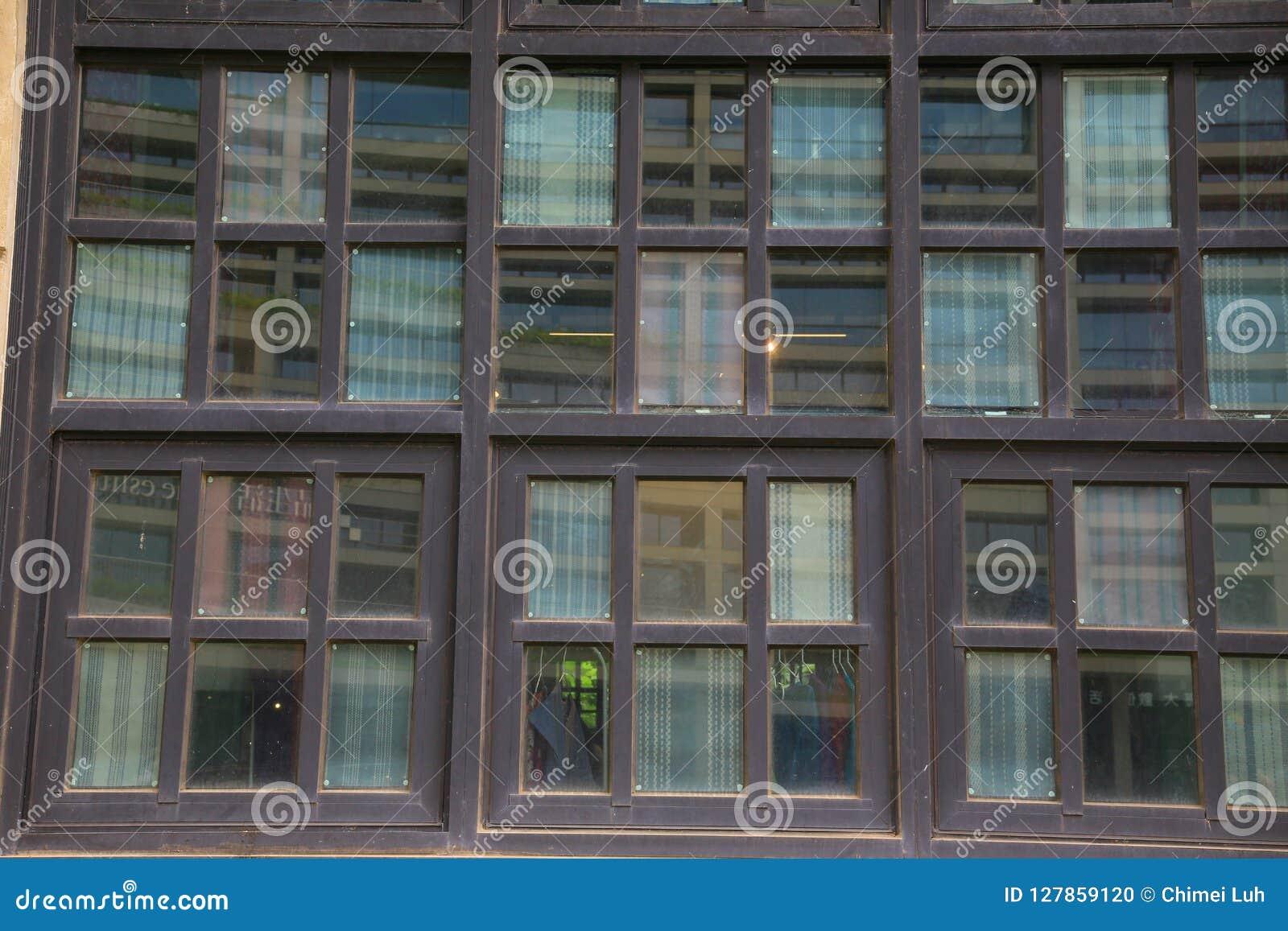 Τα ξύλινα παράθυρα ενός ιστορικού κτηρίου