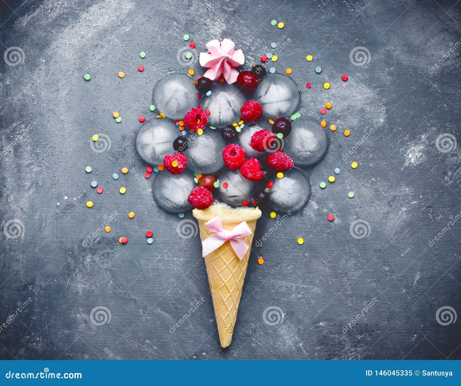 Τα παγωμένες μούρα ένωσης παγωτού έννοια και η ζάχαρη παγωτού ψεκάζουν