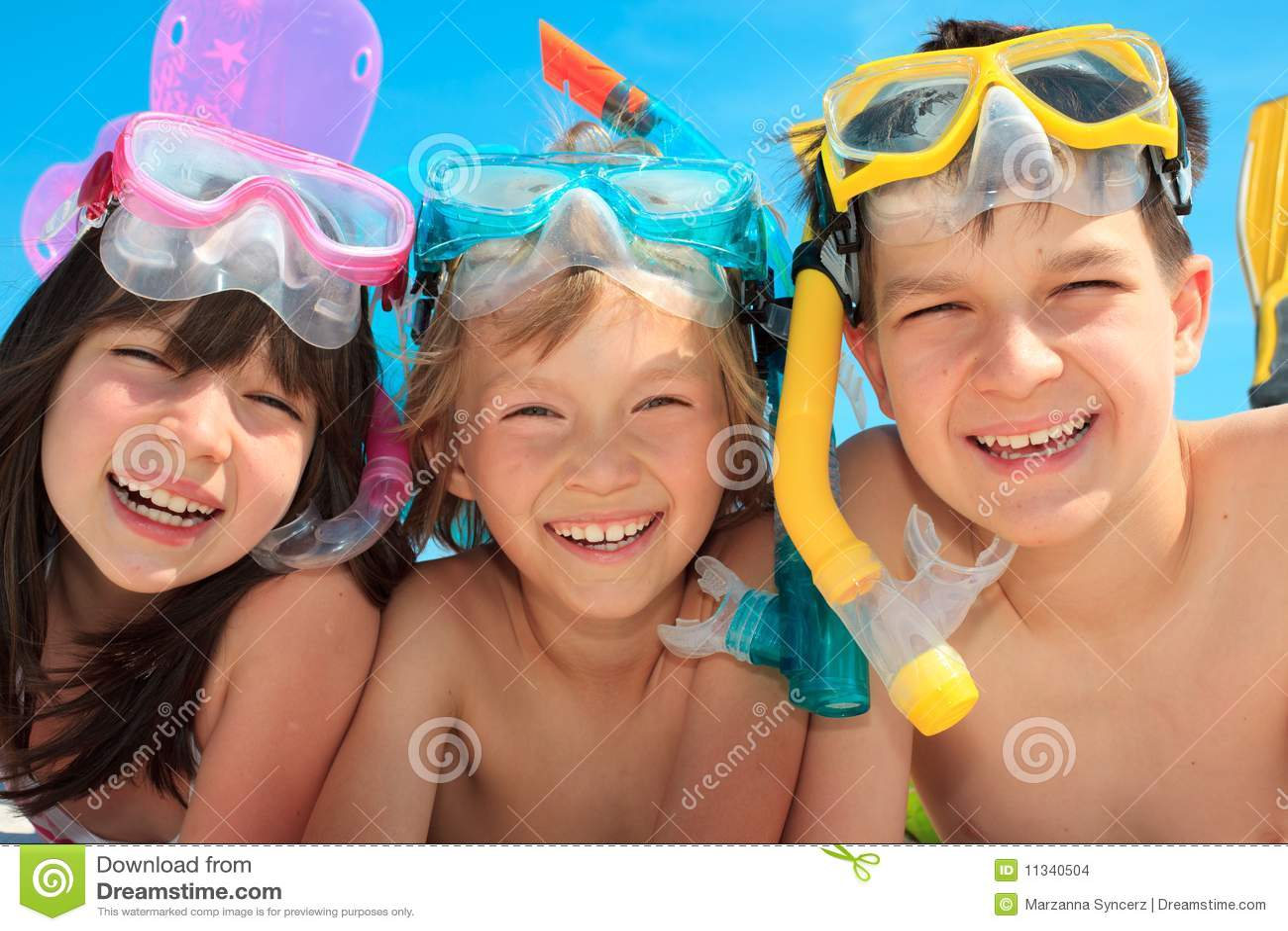 τα παιδιά ευτυχή κολυμπ&omic