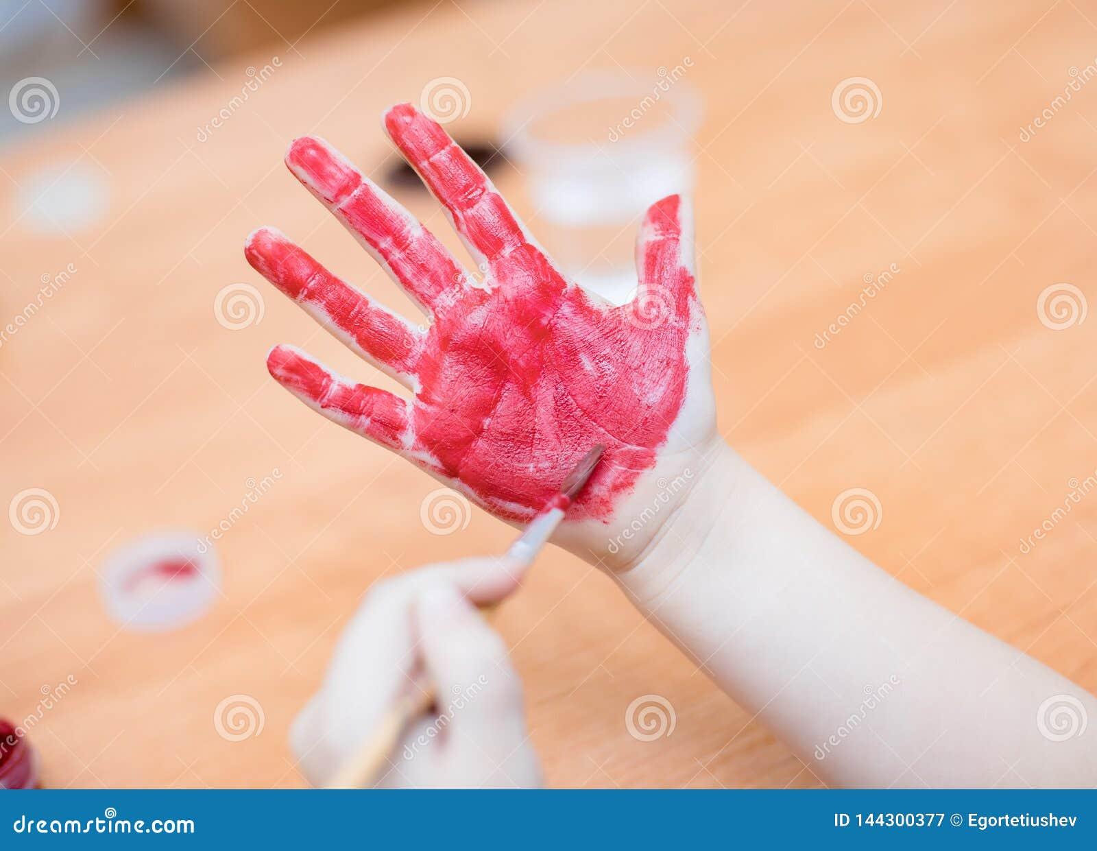 Τα παιδιά σύρουν το χρώμα σε διαθεσιμότητα