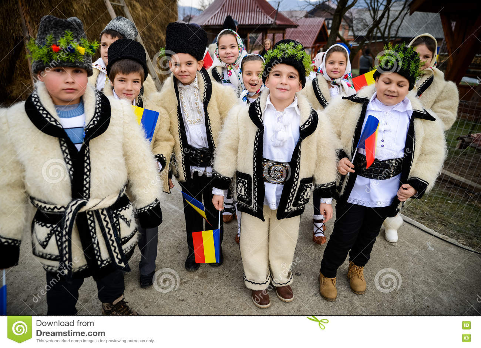Τα παιδιά έντυσαν στον παραδοσιακό ρουμανικό ιματισμό