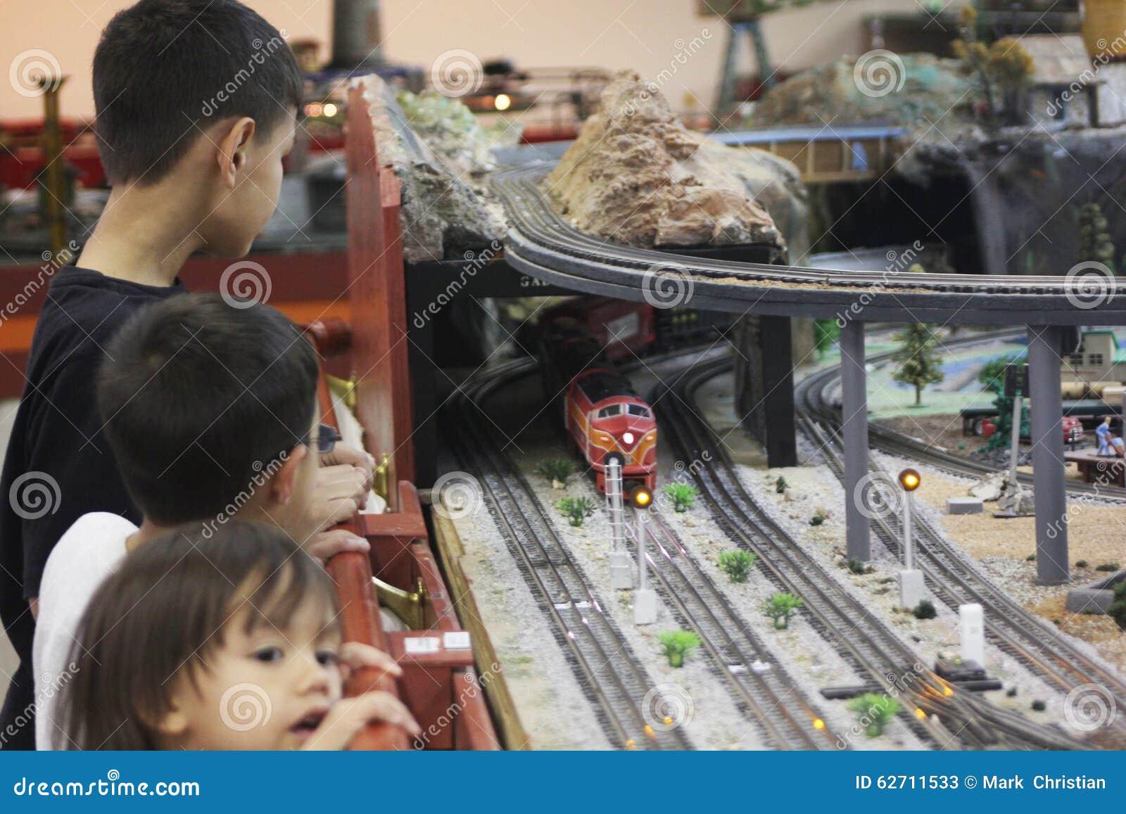 Τα παιδιά απολαμβάνουν τα πρότυπα τραίνα