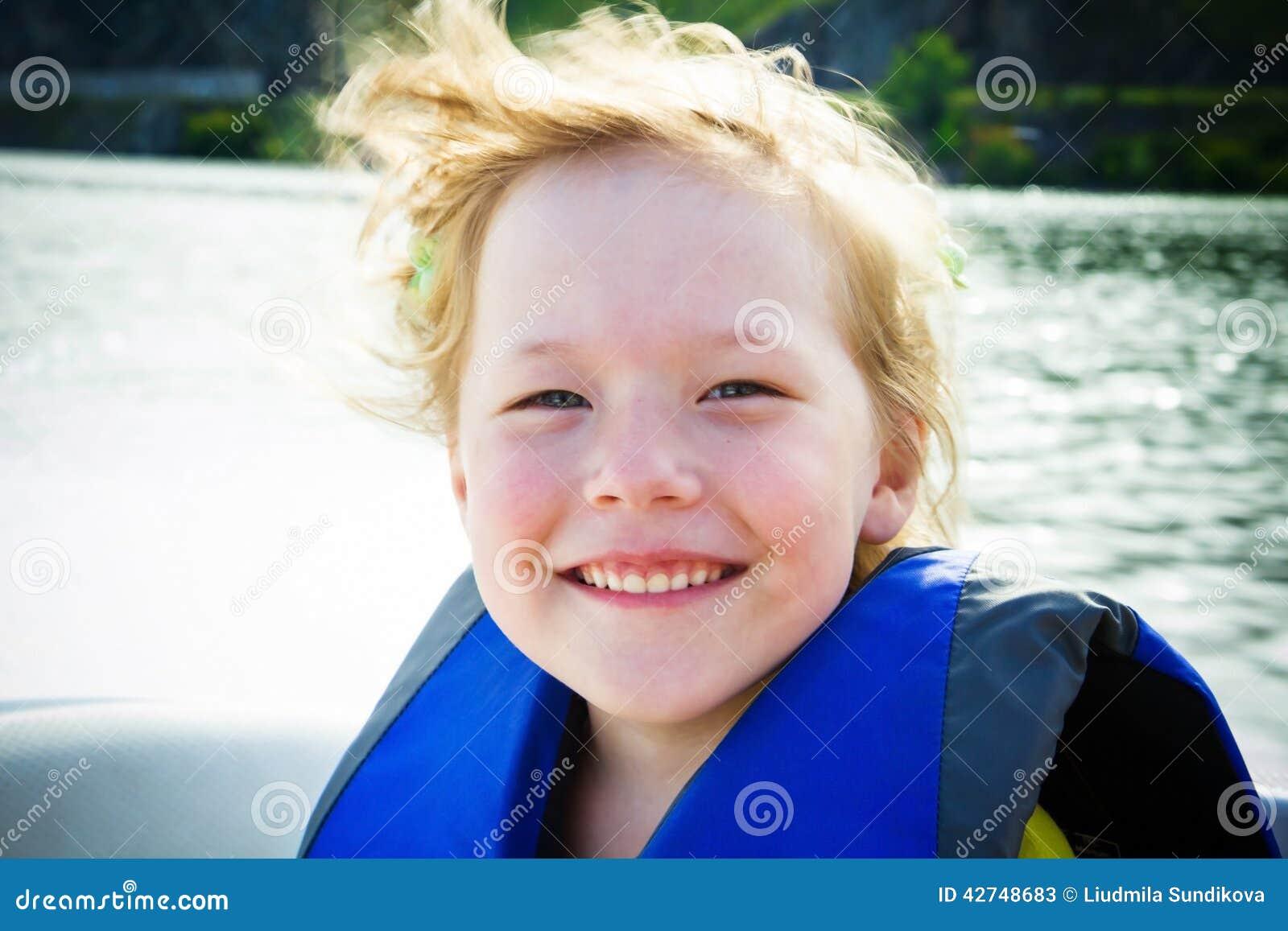 τα παιδιά βαρκών ταξιδεύουν το ύδωρ