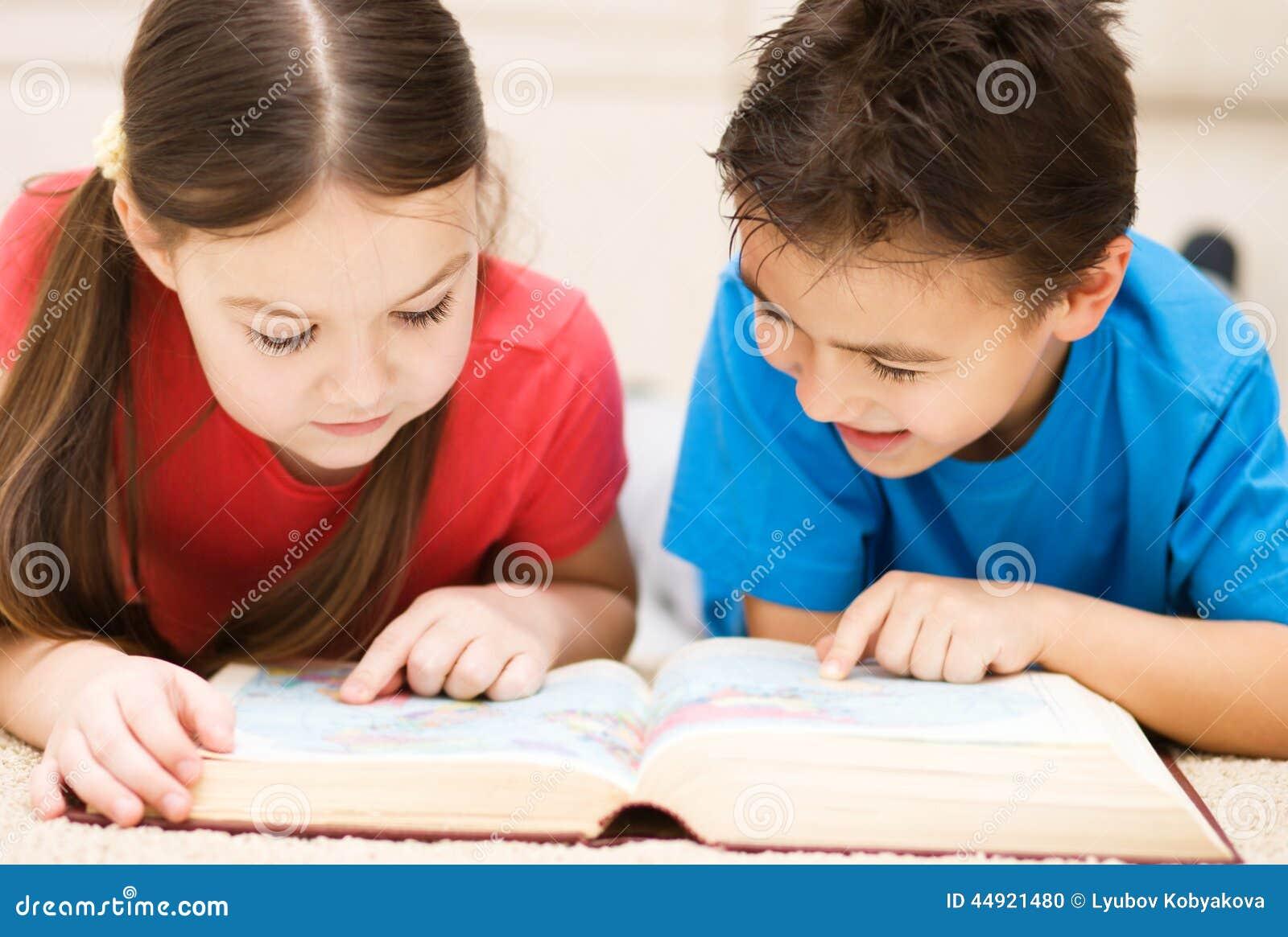 Τα παιδιά διαβάζουν το βιβλίο