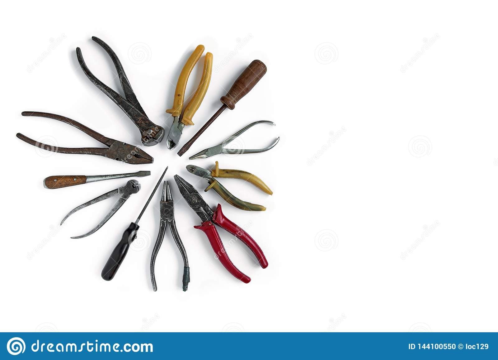 Τα παλαιά εργαλεία βρίσκονται σε ένα απομονωμένο λευκό υπόβαθρο Σμίλες, κόπτες καλωδίων, κατσαβίδι, πένσες και άλλα εργαλεία
