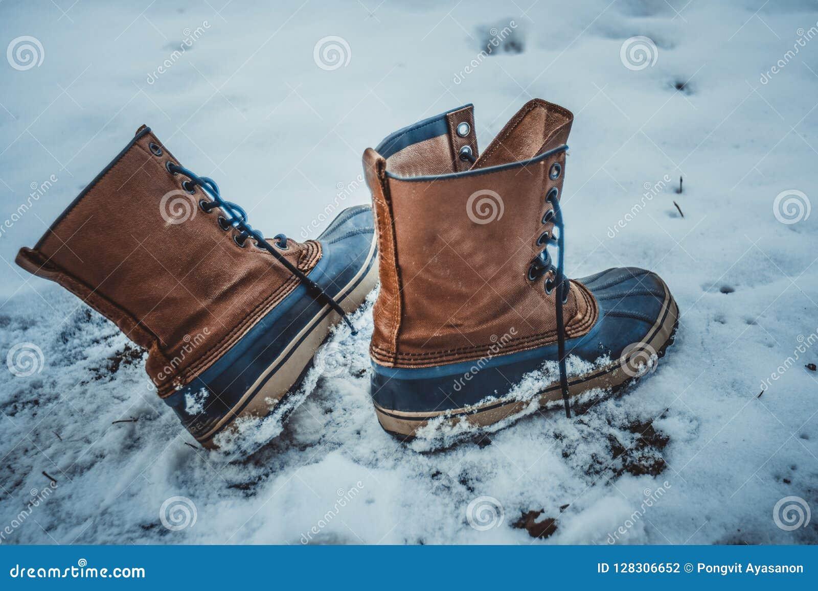 Τα παπούτσια δέρματος αφέθηκαν μόνα στο χιόνι