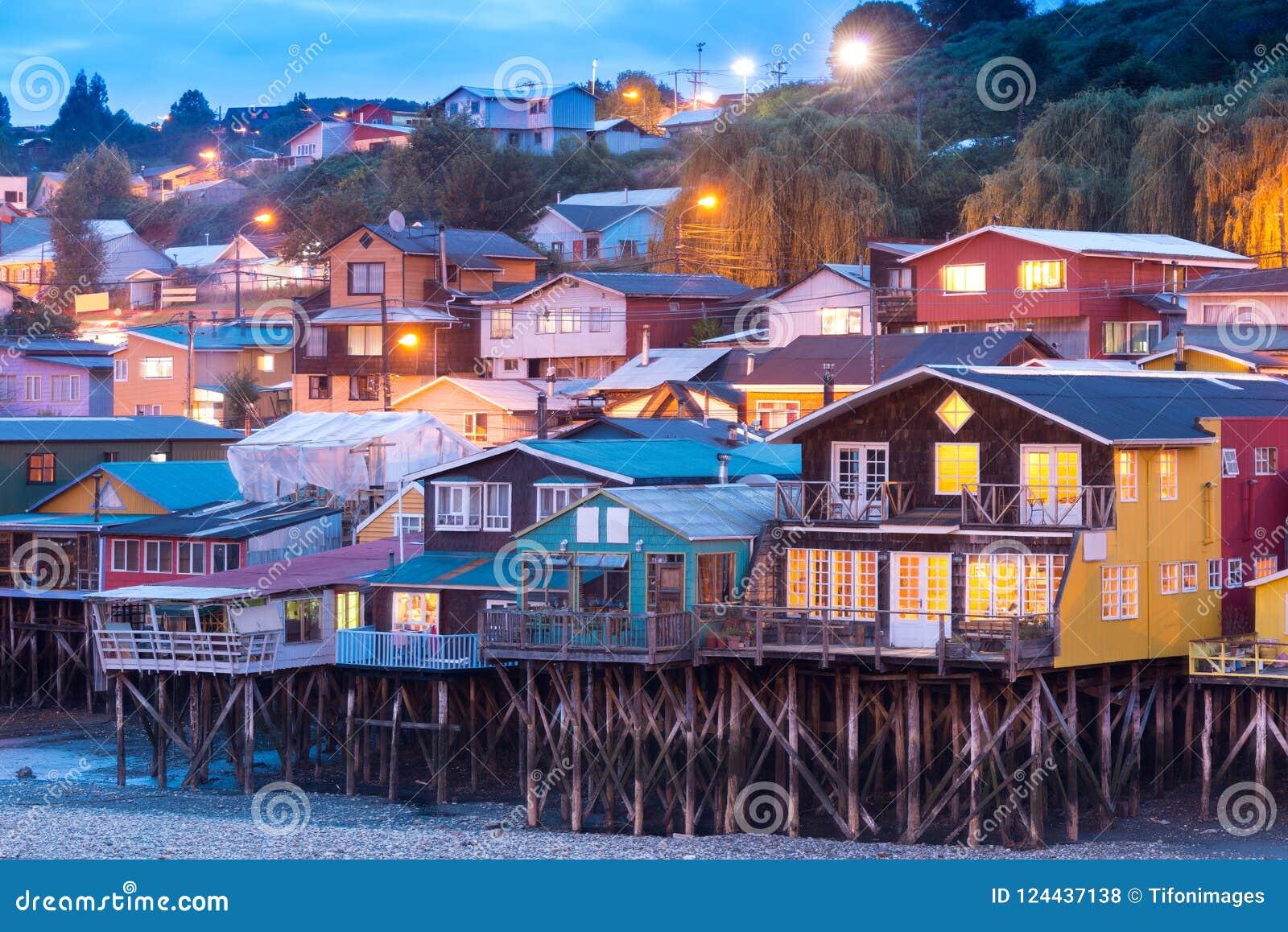 Τα παραδοσιακά σπίτια ξυλοποδάρων ξέρουν ως palafitos στην πόλη Castro στο νησί Chiloe στη Χιλή