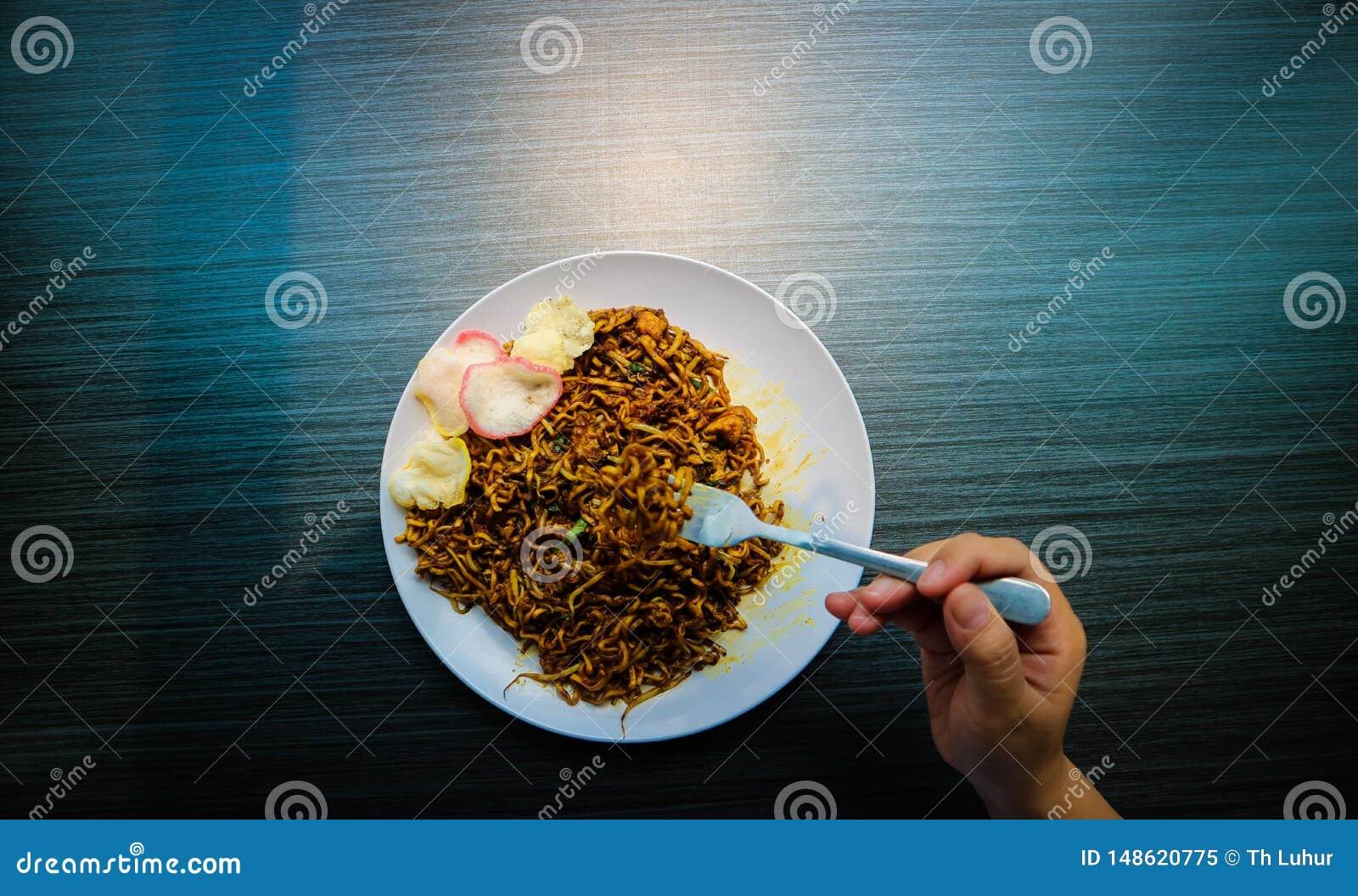 Τα πικάντικα της Ιάβας τηγανισμένα νουντλς είναι χαρακτηριστικά της Ινδονησίας με τις κροτίδες