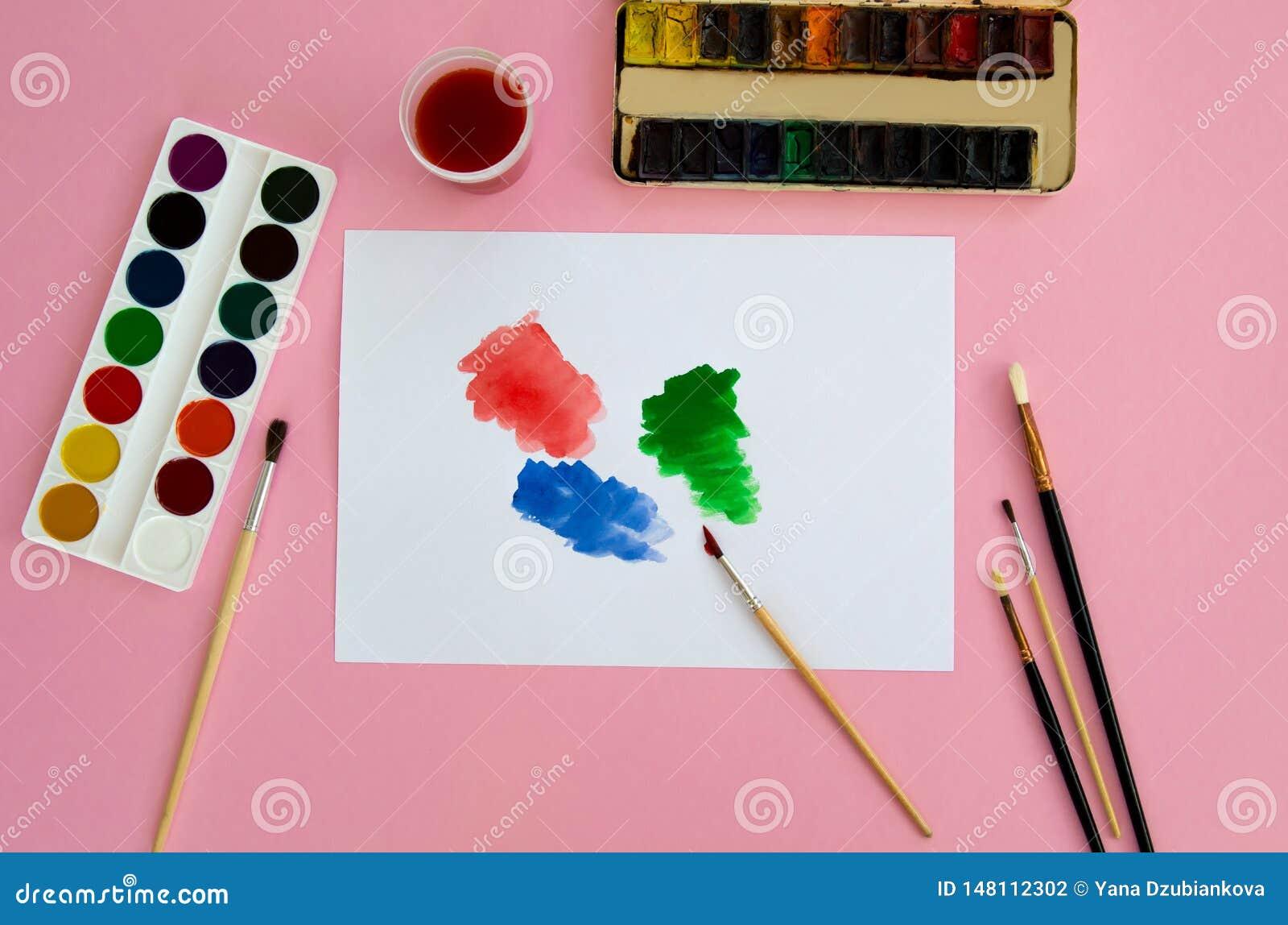 Τα πολύχρωμα αντικείμενα για το σχέδιο και η δημιουργικότητα για τα παιδιά βρίσκονται σε ένα ρόδινο υπόβαθρο Φωτεινά χρώματα wate