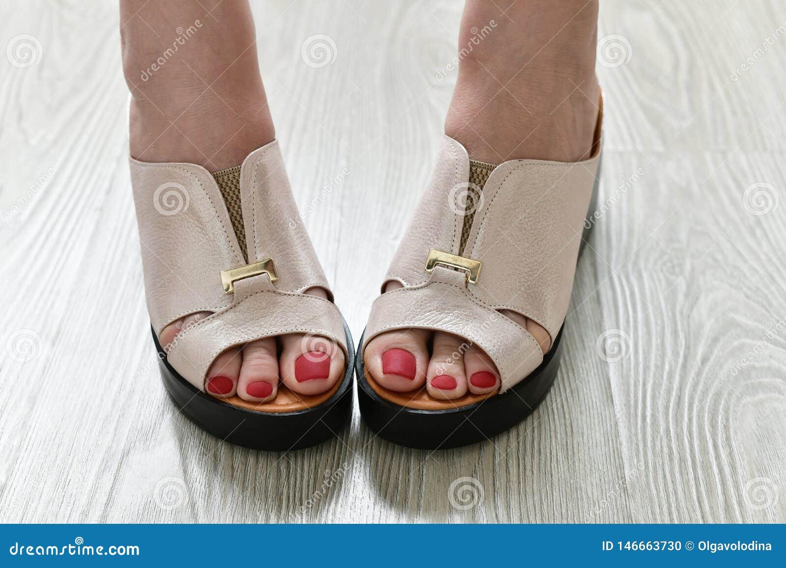 Τα πόδια των γυναικών θερινά άσπρα clogs