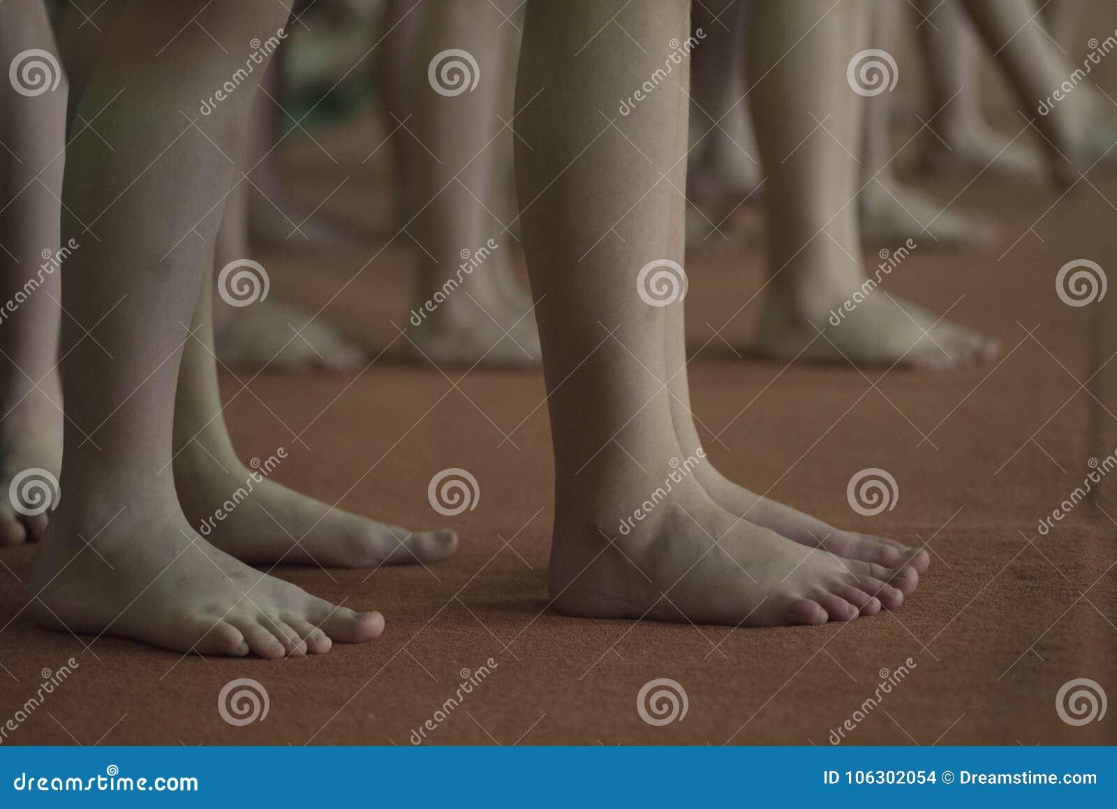 Τα πόδια των παιδιών, γυμναστική περιμένουν το νικητή