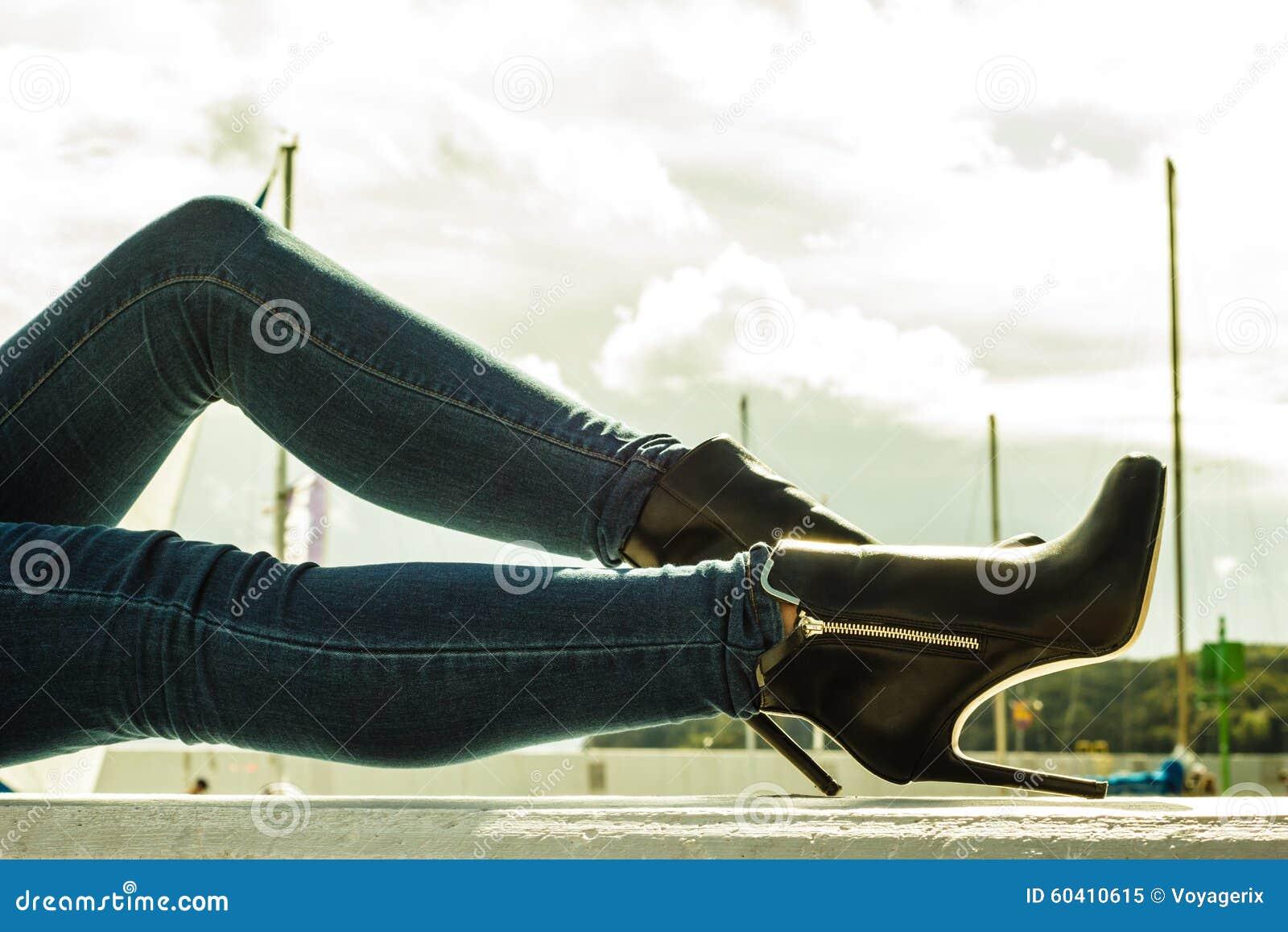 75fa63402a7 Εξάρτηση μόδας φθινοπώρου Τα μοντέρνα μακριά πόδια γυναικών στο τζιν  ασθμαίνουν τα μαύρα μοντέρνα υψηλά παπούτσια τακουνιών υπαίθρια στην οδό  πόλεων