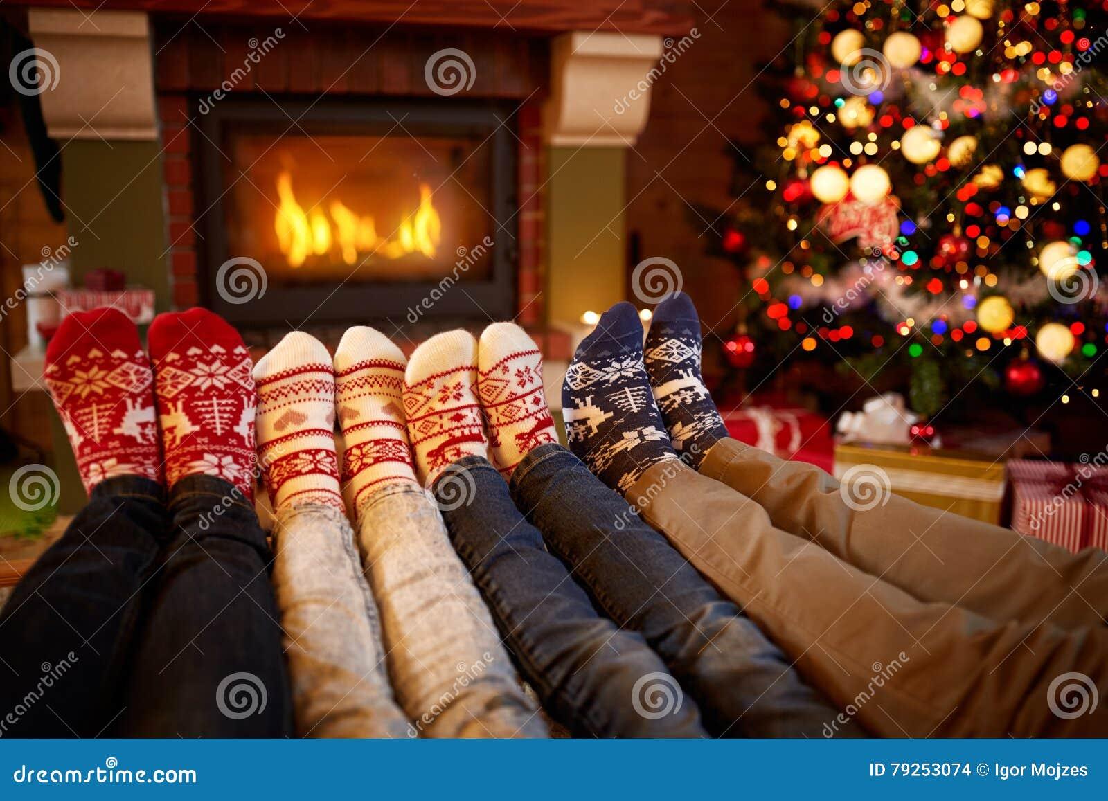 Τα πόδια στο μαλλί κτυπούν βίαια κοντά στην εστία στο χρόνο Χριστουγέννων