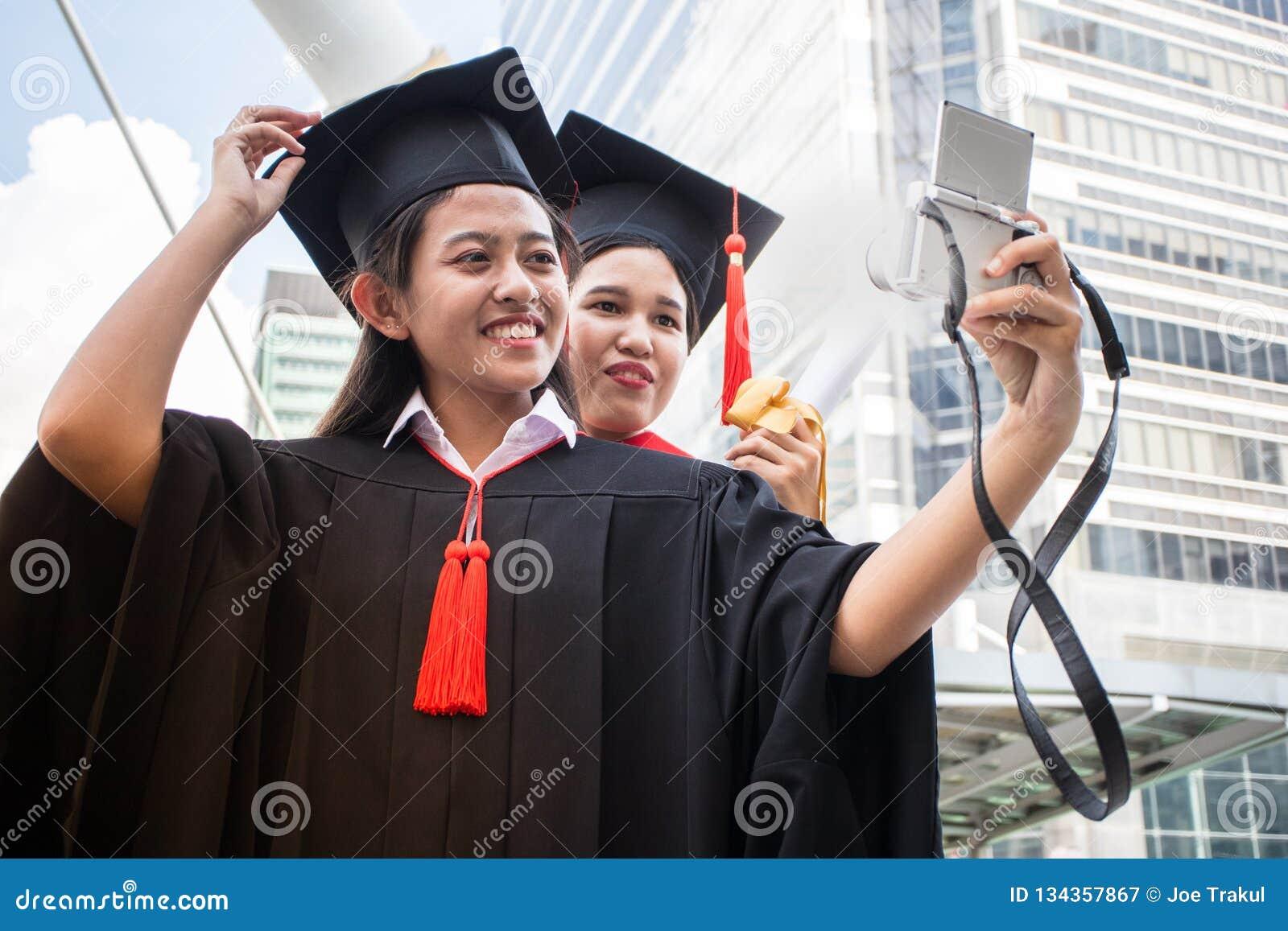 Τα συγχαρητήρια εκπαίδευσης έννοιας στο πανεπιστήμιο, selfie παίρνουν τη φωτογραφία