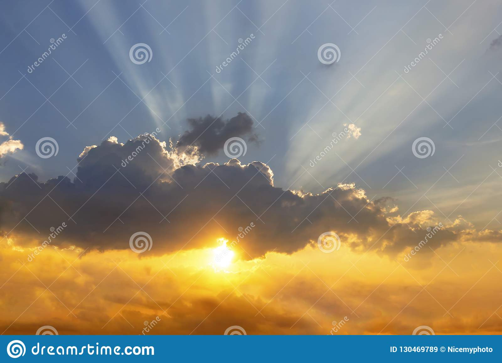 Τα σύννεφα και ο ήλιος λάμπουν μέσω των ακτίνων του φωτός στο φωτισμένο π