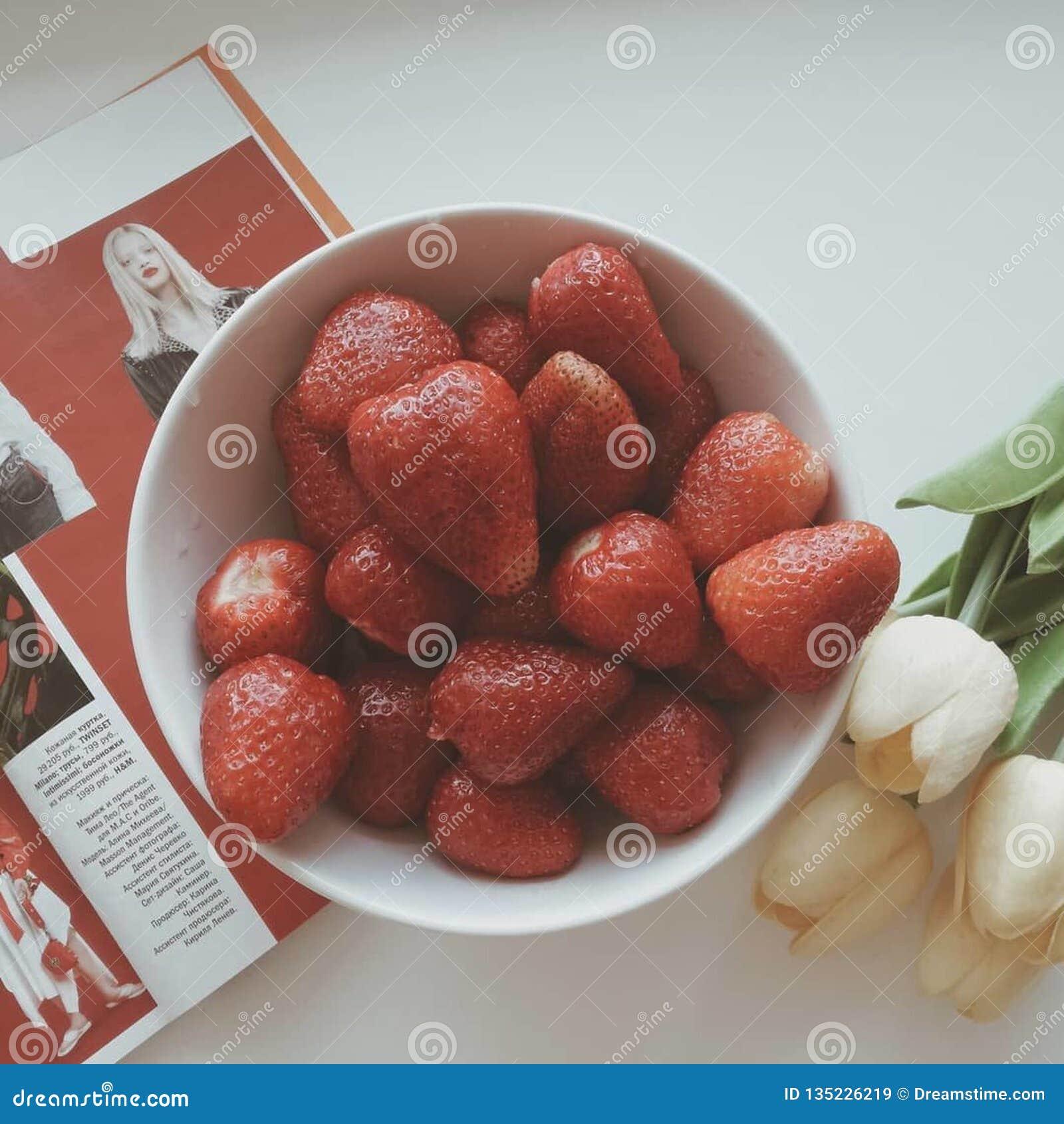Τα τρόφιμα στο πιάτο απομονωμένο λευκό φραουλών ανασκόπησης καρπός