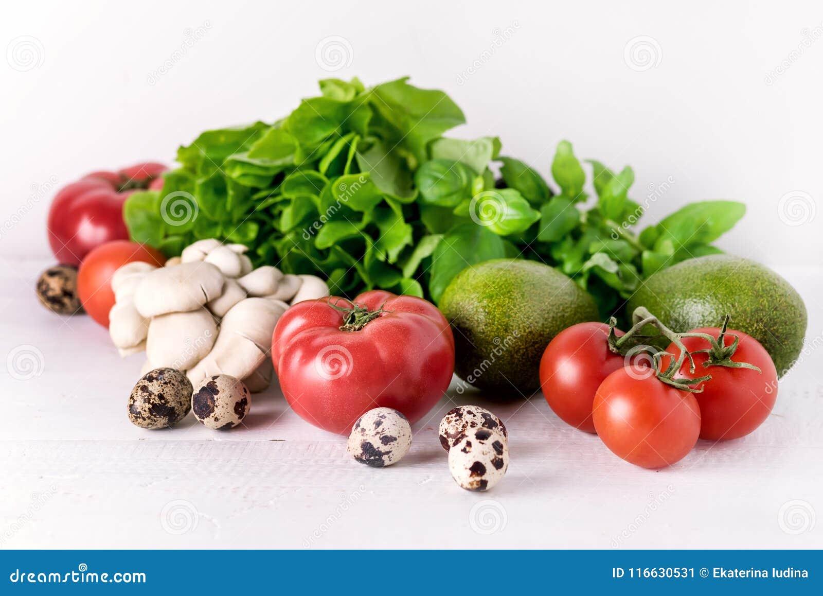 Τα υγιή τρόφιμα διατροφής στα άσπρα πράσινα φύλλα πιπεριών ντοματών λαχανικών υποβάθρου ξεφυτρώνουν συστατικά έννοιας τροφίμων δι