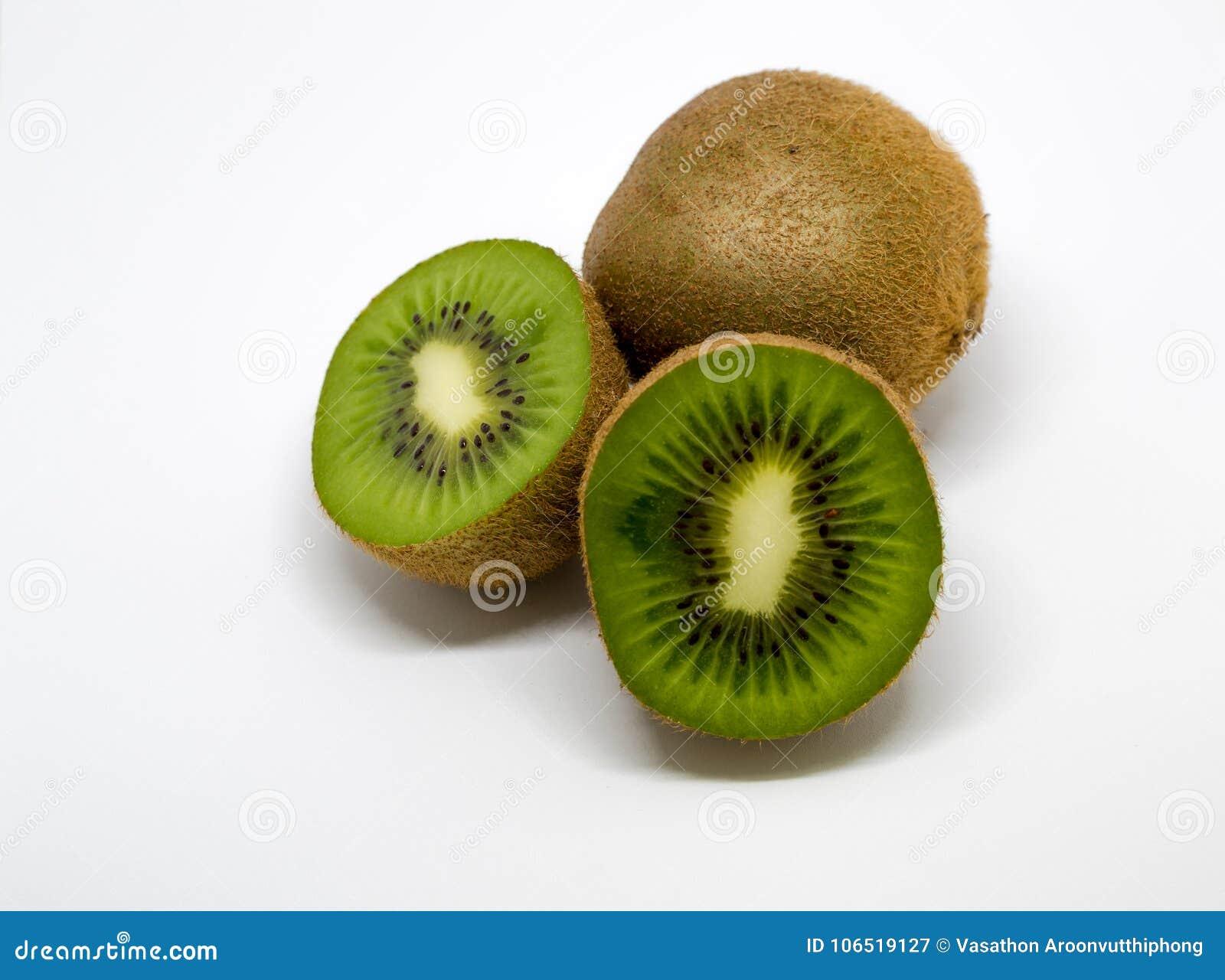 Τα φρούτα ακτινίδιων με τα τεμαχισμένα κομμάτια ήταν απομονωμένα