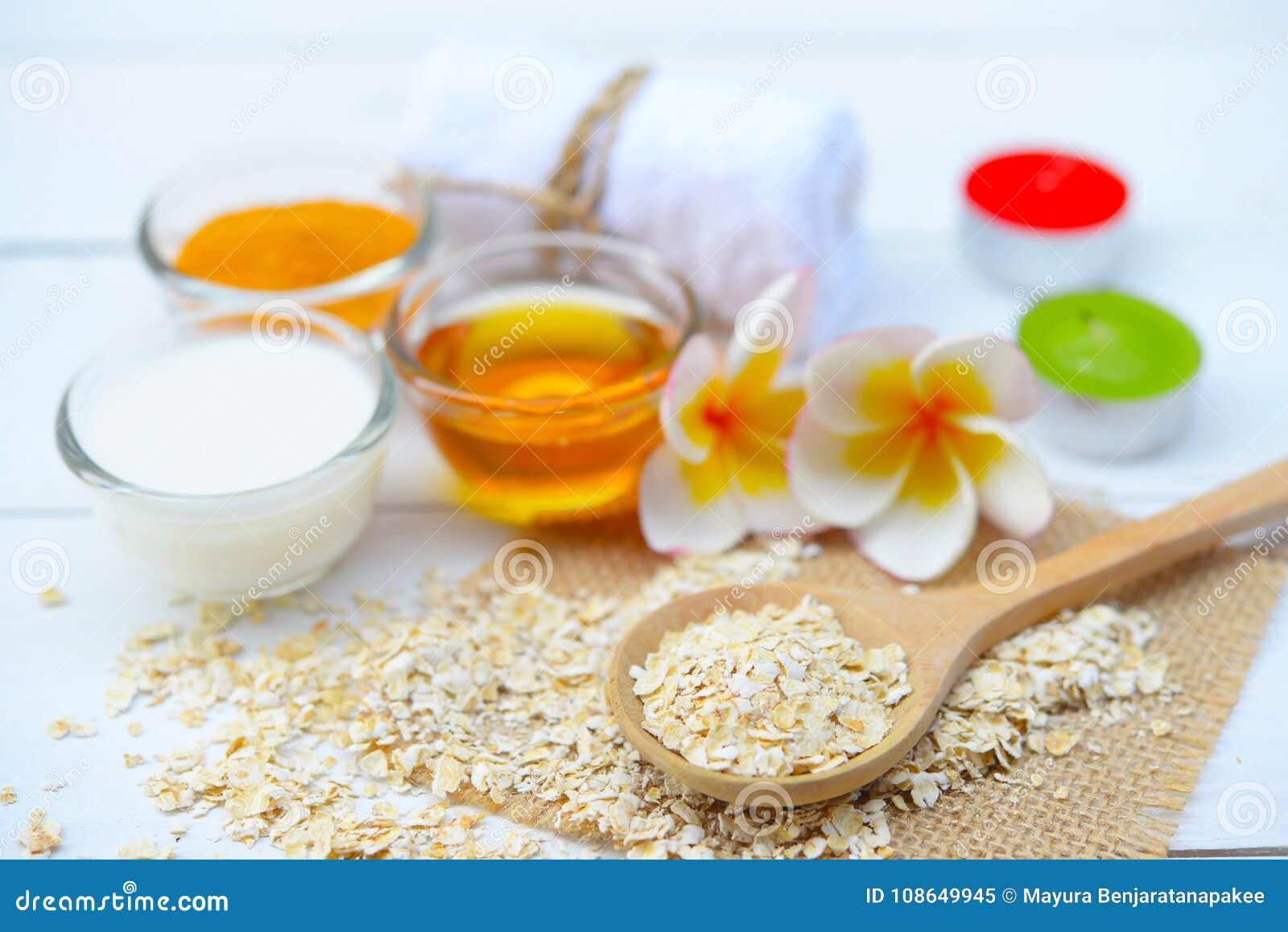 Τα φυσικά συστατικά για το σπιτικό πρόσωπο σώματος τρίβουν το μέλι και το γιαούρτι βρωμών ανασκόπησης ομορφιάς μπλε έννοιας εμπορ