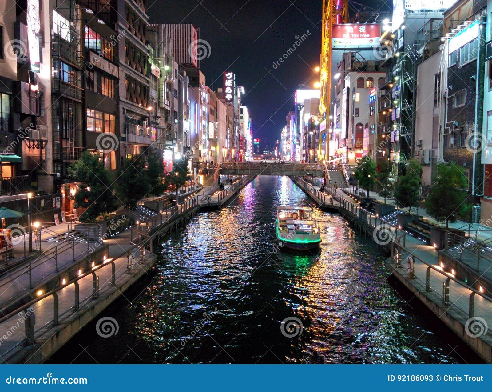 Τα φω τα οικοδόμησης απεικονίζουν από το κανάλι Dotonbori στην Οζάκα, Ιαπωνία