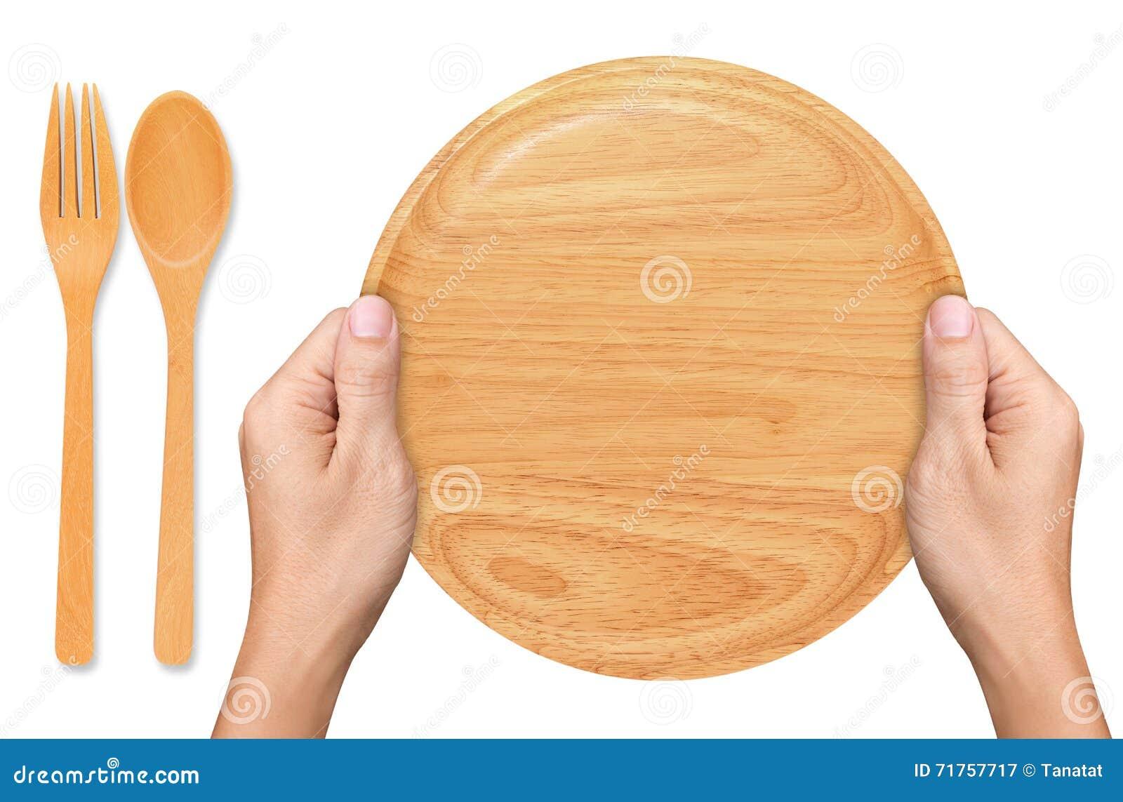 Τα χέρια κρατούν το κενό ξύλινο πιάτο στο λευκό