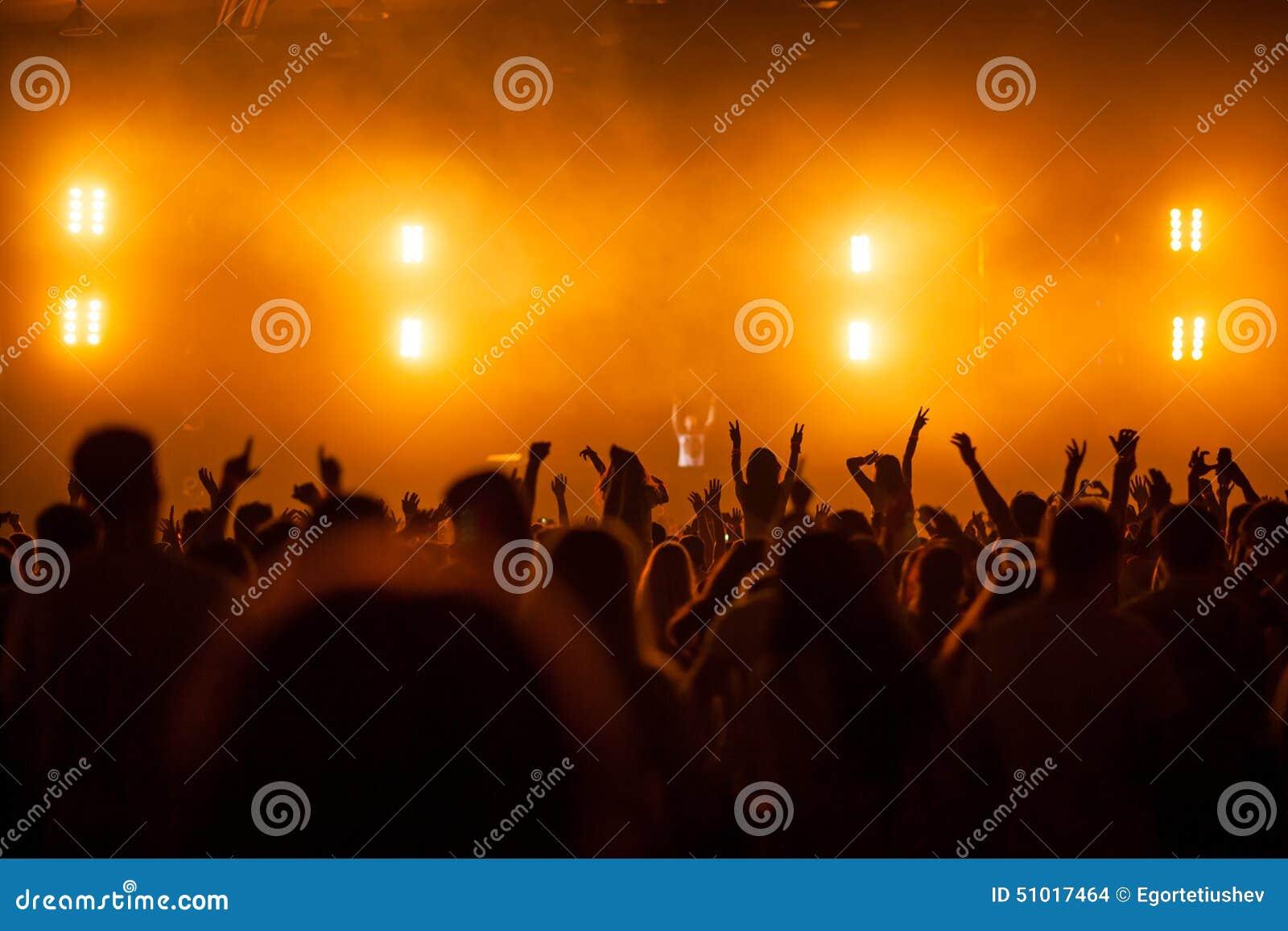 Τα χέρια των ανθρώπων στη συναυλία του DJ