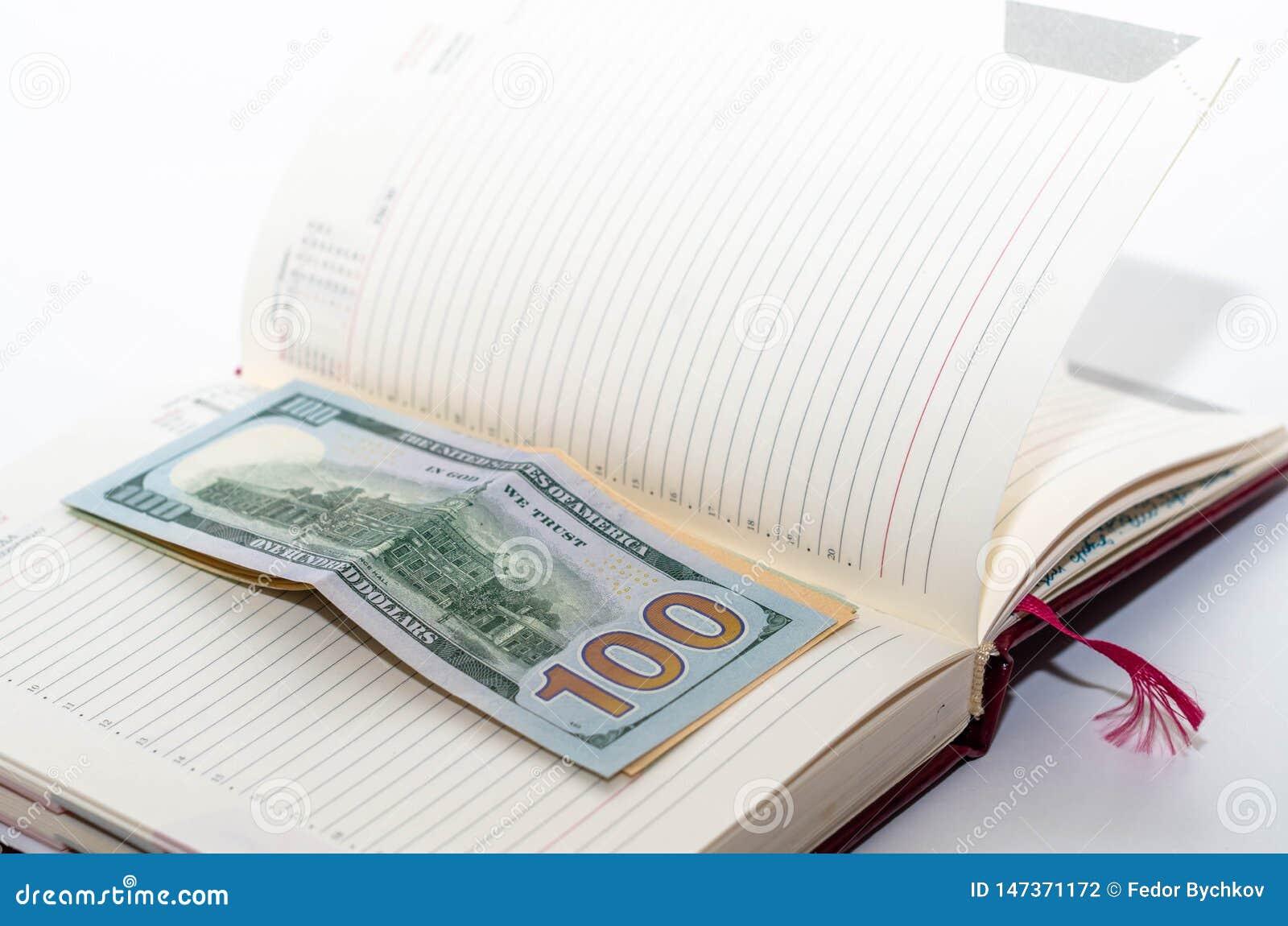 Τα χρήματα είναι σε ένα ανοικτό σημειωματάριο