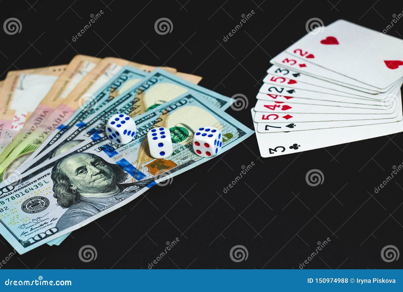 Τα χρήματα, χωρίζουν σε τετράγωνα και κάρτες σε ένα μαύρο υπόβαθρο E