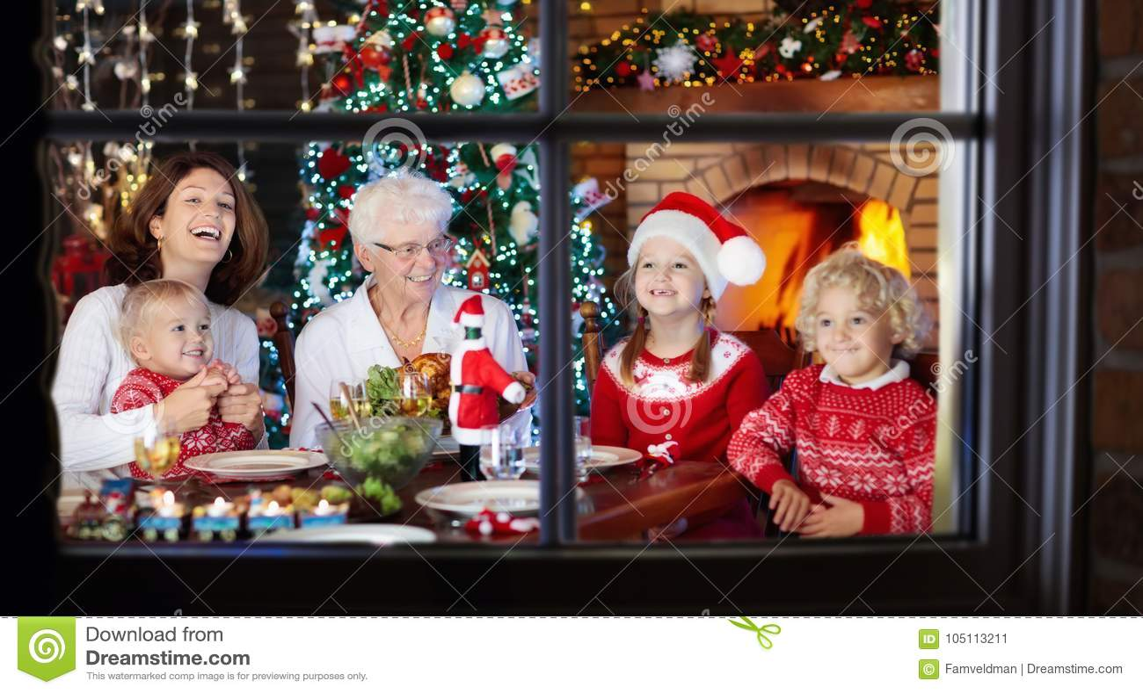 τα Χριστούγεννα διακοσμούν τις φρέσκες βασικές ιδέες γευμάτων Οικογένεια με τα παιδιά στο χριστουγεννιάτικο δέντρο