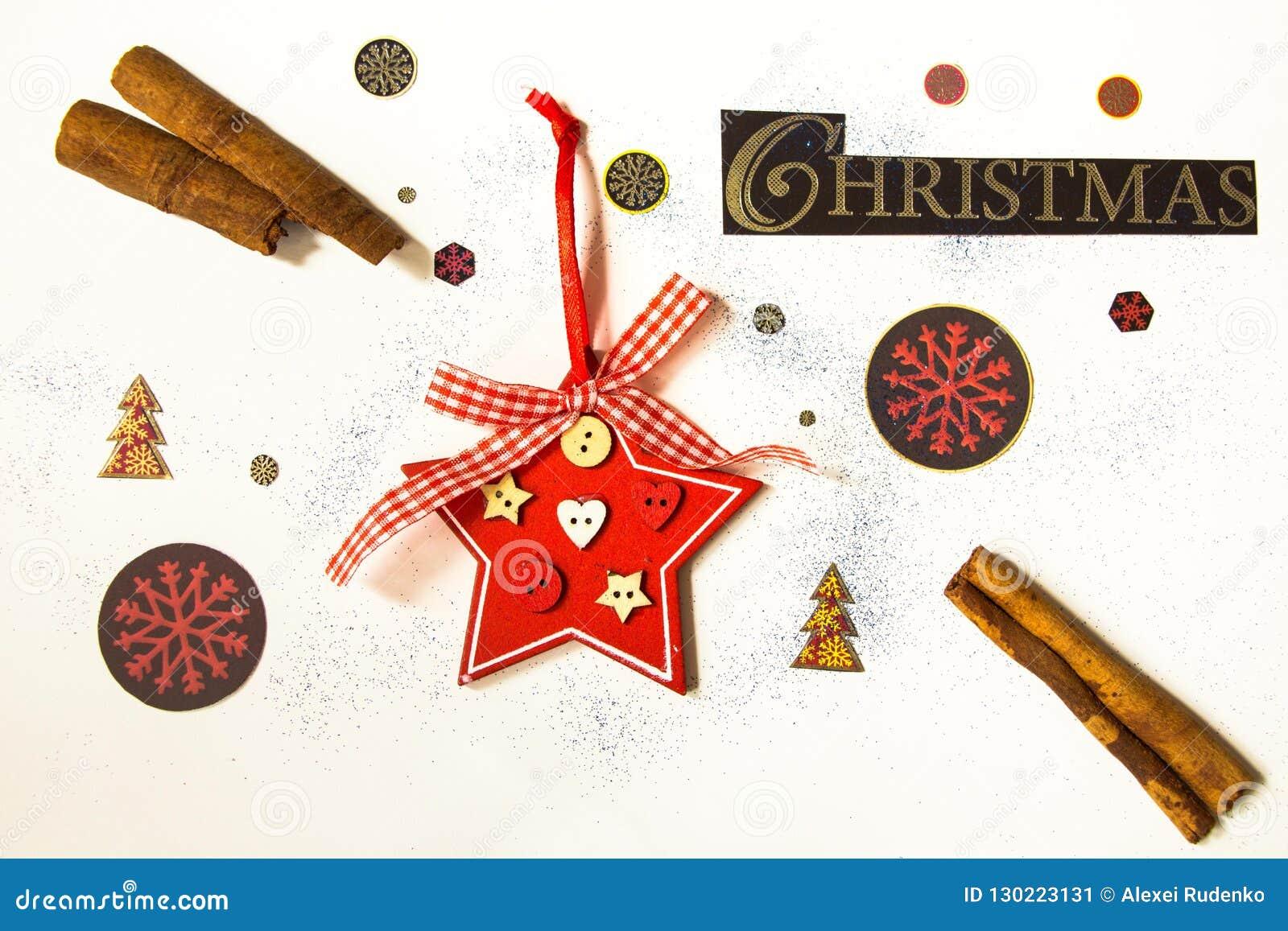Τα Χριστούγεννα επιγραφής σε ένα άσπρο υπόβαθρο περιβάλλονται από τις εορταστικές, χειμερινές ιδιότητες Υπέροχα σχεδιασμένος σε έ