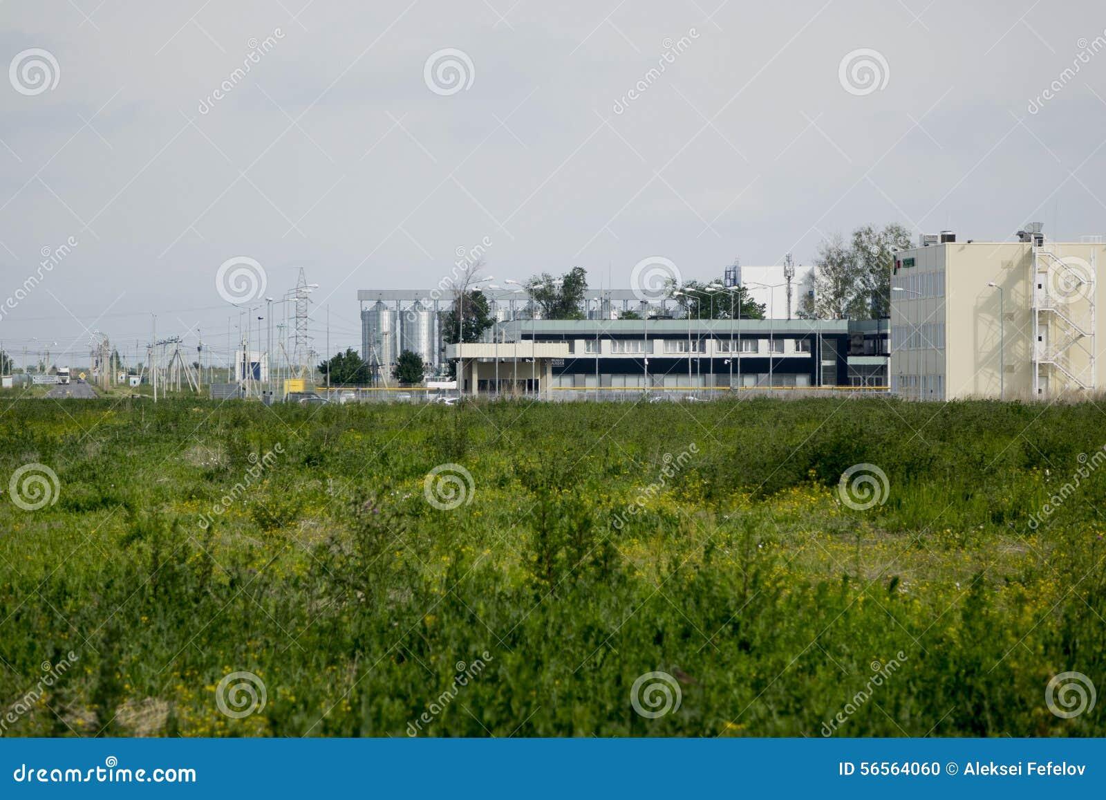 Download τα χρώματα κτηρίων αντιπαραβάλλουν υψηλό βιομηχανικό Στοκ Εικόνες - εικόνα από εξαερισμός, βιομηχανία: 56564060