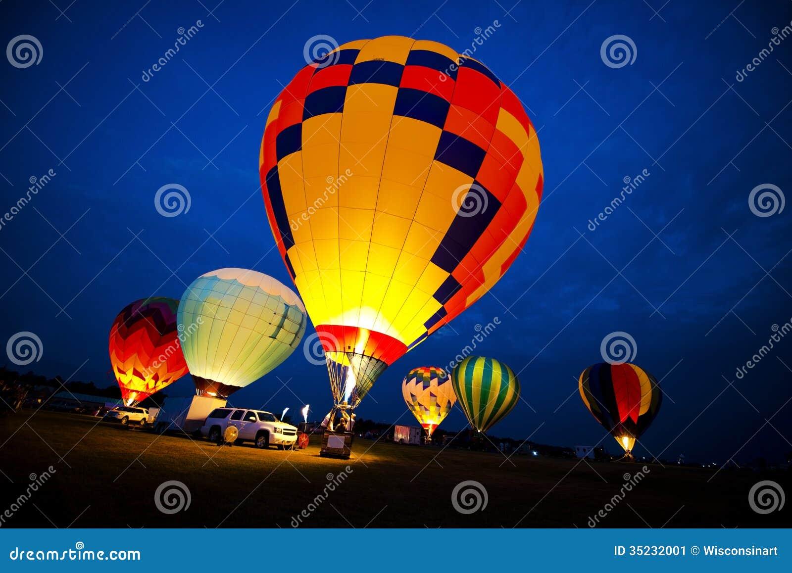 Τα χρώματα μπαλονιών ζεστού αέρα, που εξισώνουν το φως πυράκτωσης νύχτας παρουσιάζουν