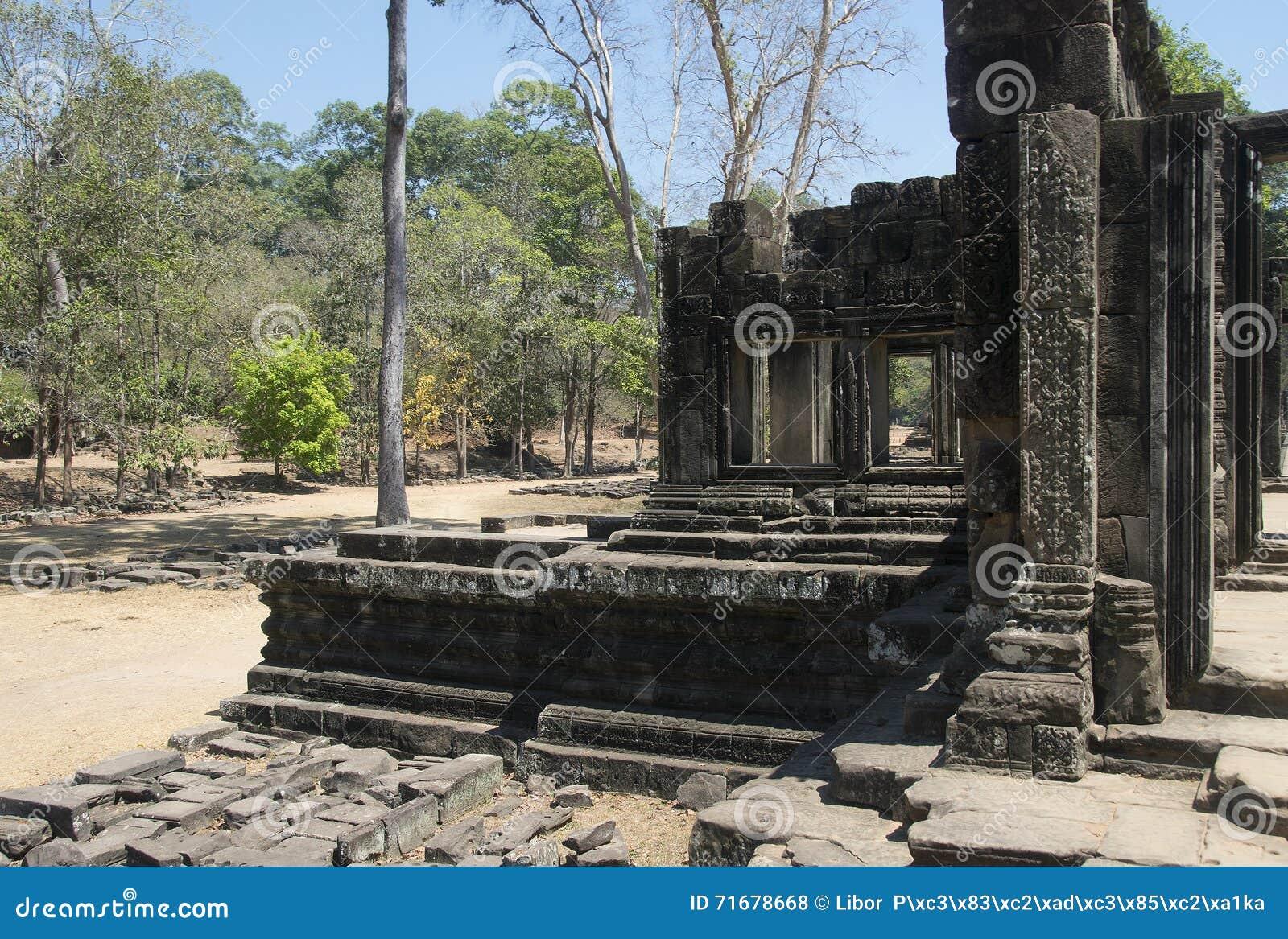 Τα Watt Angkor - τοίχοι καταστροφών ναών TA Prohm της khmer πόλης του angkor wat - δηλώνουν το μνημείο