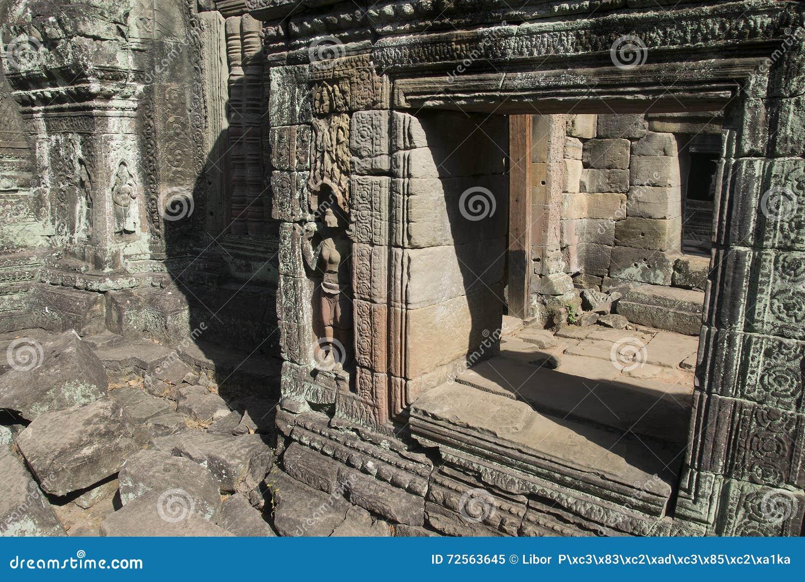 Τα Watt Angkor - τοίχοι καταστροφών ναών TA Prohm της khmer πόλης Angkor wat εγκαταστήστε στην Καμπότζη - δηλώνουν το μνημείο