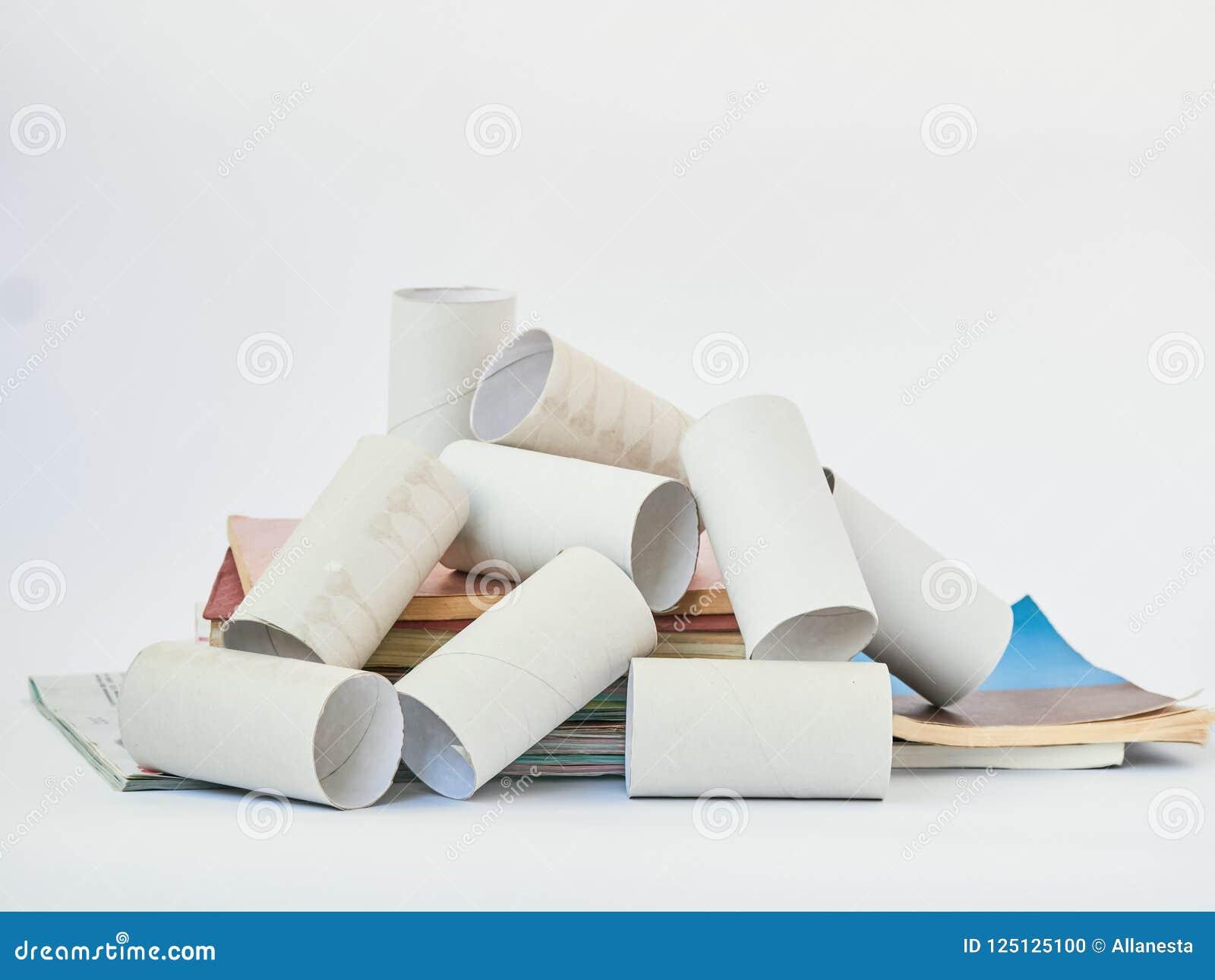 Τελειωμένοι ρόλοι χαρτιού τουαλέτας που απομονώνονται πέρα από το λευκό Έννοια προστασίας του περιβάλλοντος Έννοια διαχείρησης απ